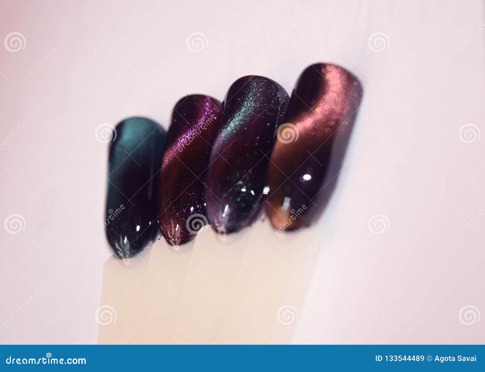 Ställ in garnering för spikar design Färgrikt spika färg i spetsar isolerad vit bakgrund