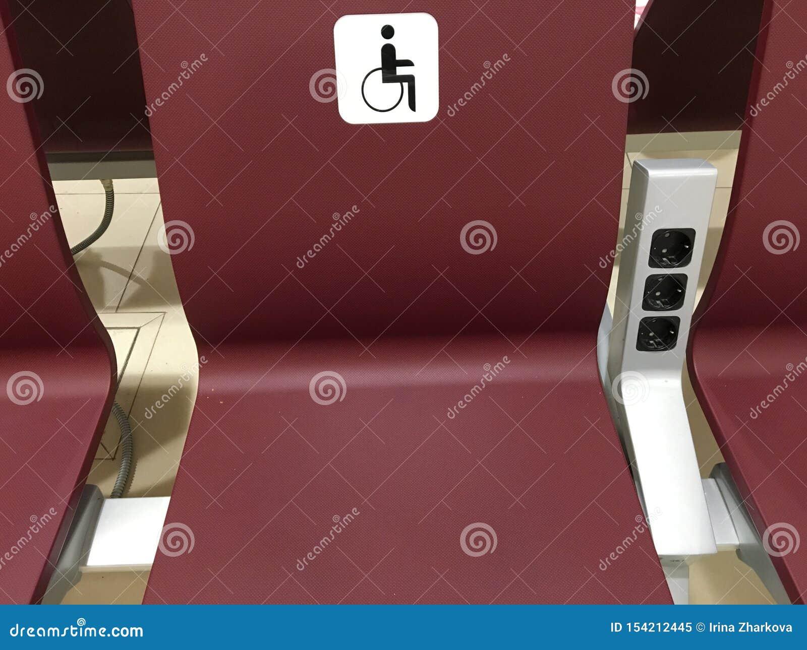 Ställe för ogiltigt platser för handikappade personer, stolar i korridoren för specialt folk