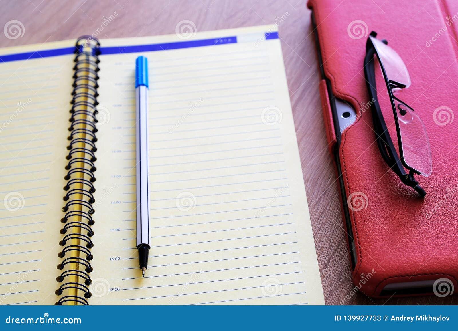 Ställning för fall för minnestavladator röd för minnestavla en stor tillbehör En detaljerad anteckningsbok och exponeringsglas Fö