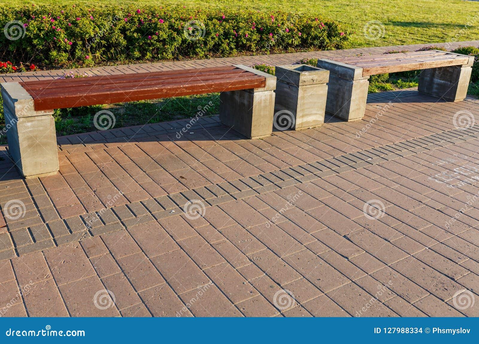 Ställningar för en konkret bänk i parkera