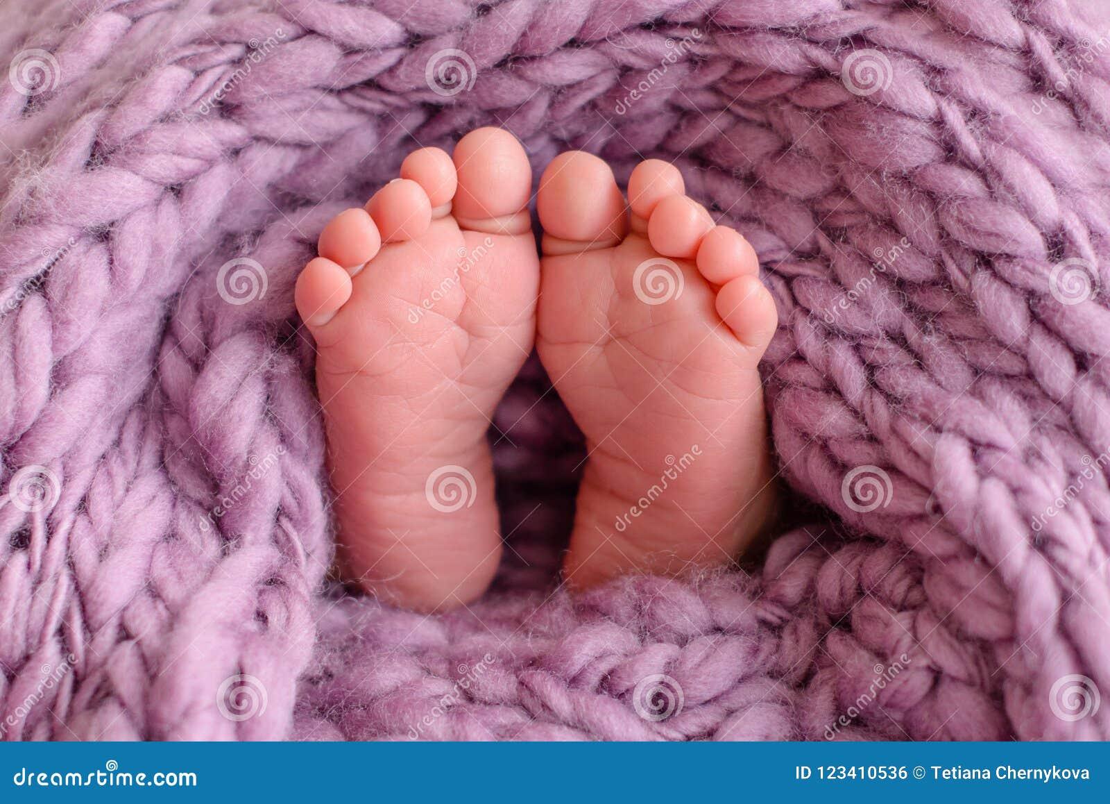 Stäng sig av nyfött behandla som ett barn upp fot som täckas med filten