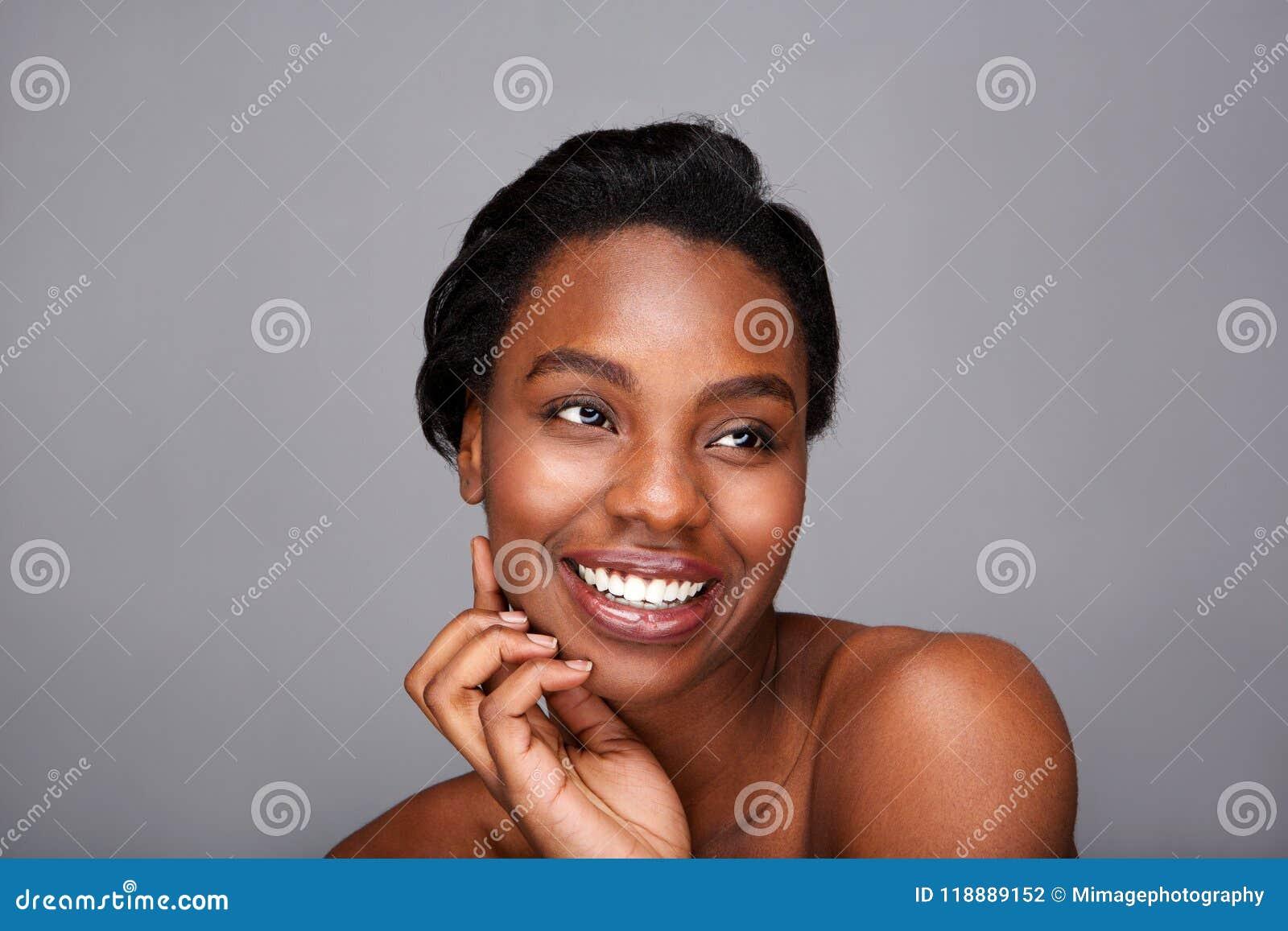 Stäng sig upp att le svarta kvinnan med handen för att vända mot och gör bar skuldror