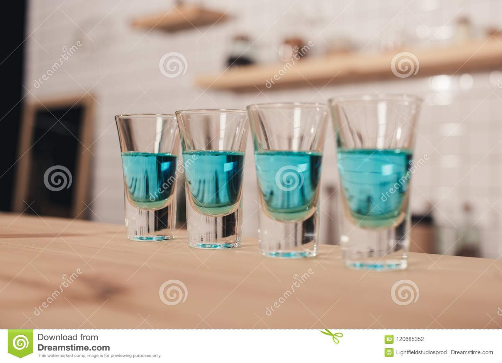 Stäng sig upp av blåa coctailar, i att stå för skottexponeringsglas