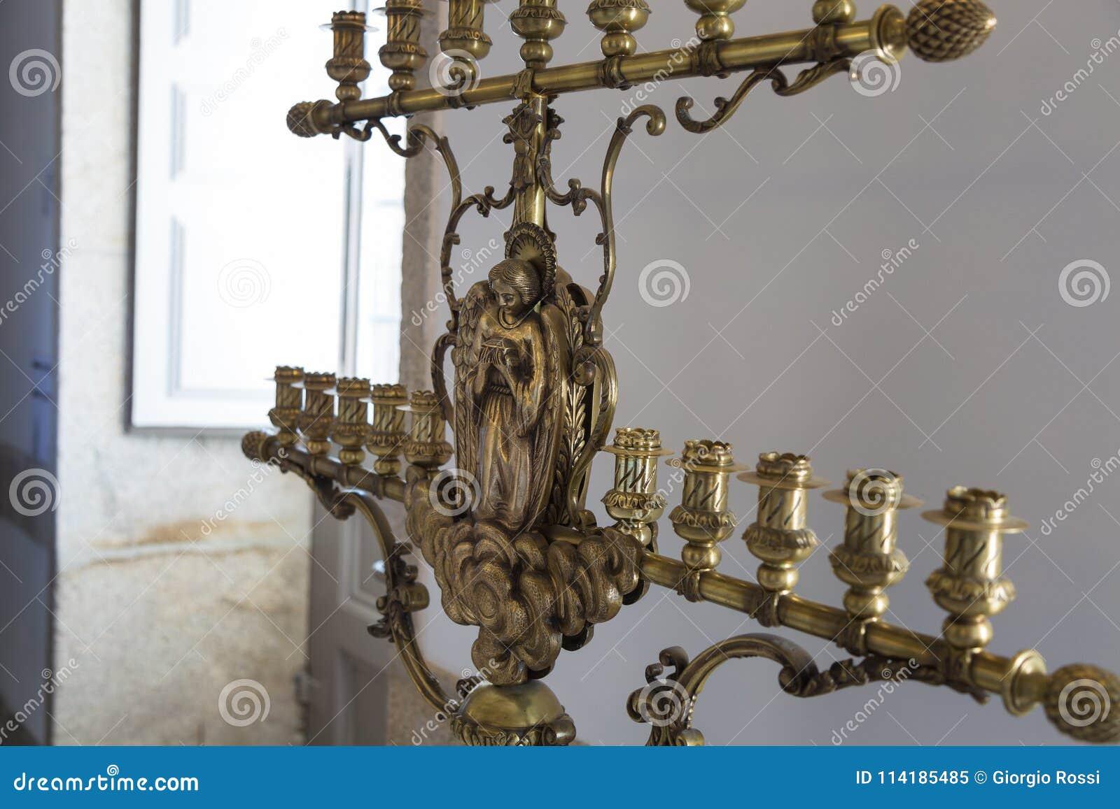 Stäng sig upp av den gamla guld- ljusstaken med religiösa garneringar
