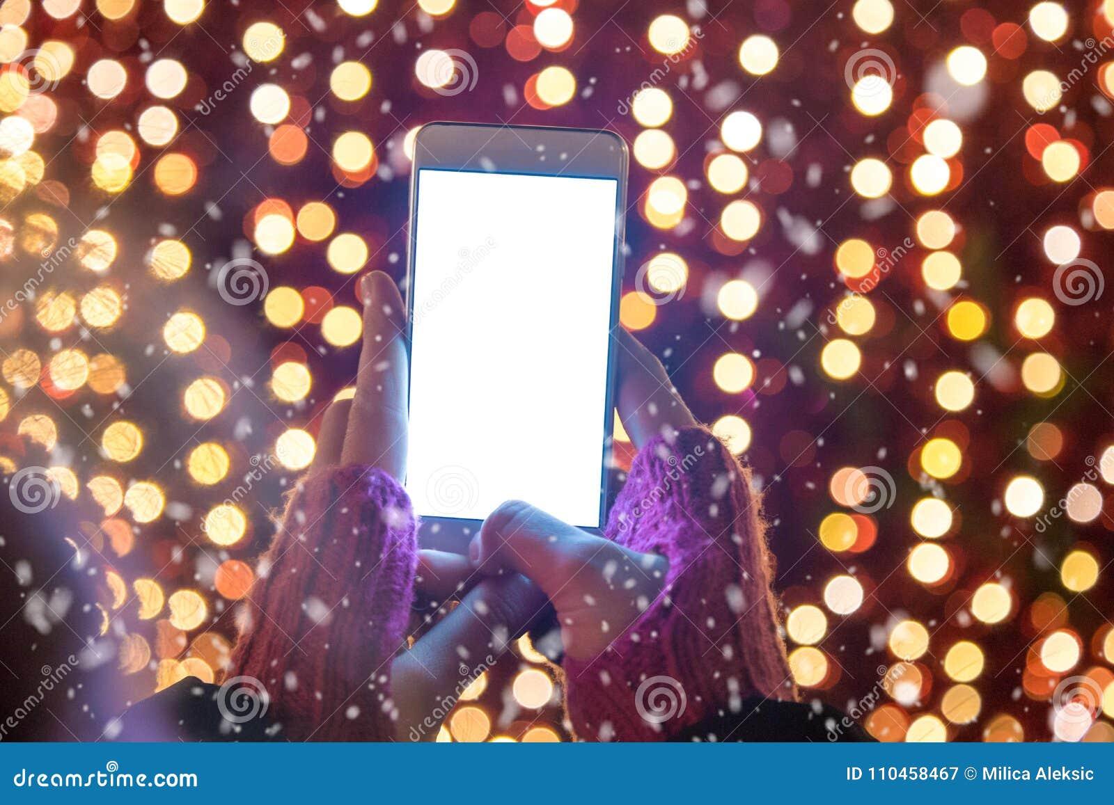 Stäng sig upp av den kvinnliga hållande smartphonen för den tomma skärmen mot rött C