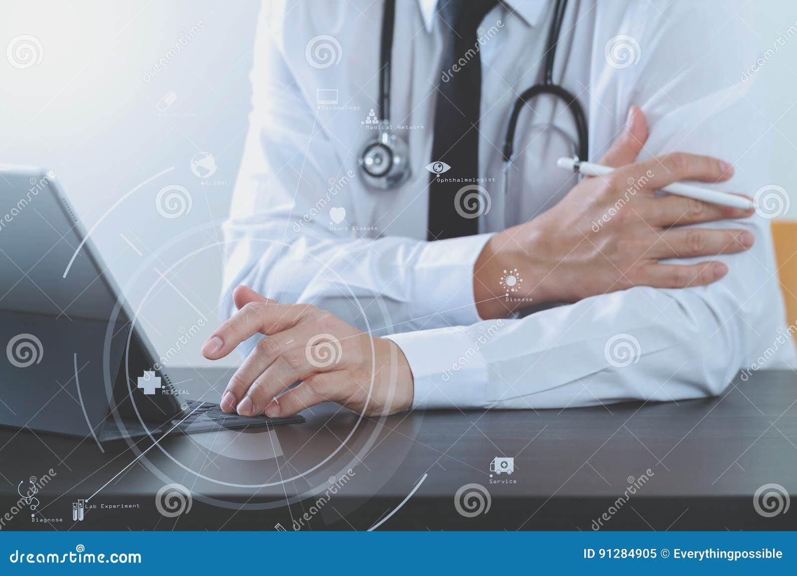 Stäng sig upp av den smarta medicinska doktorn som arbetar med digital minnestavlacom