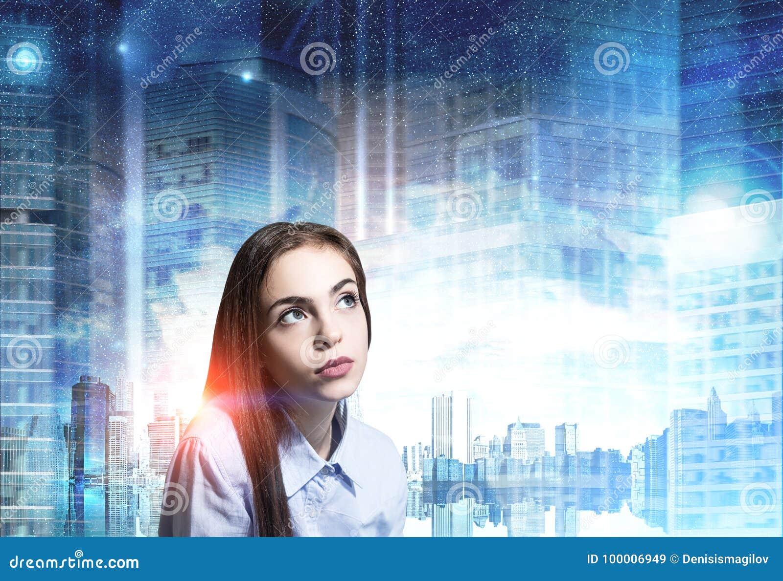 Stäng sig upp av en drömlik ung kvinna, blå stad