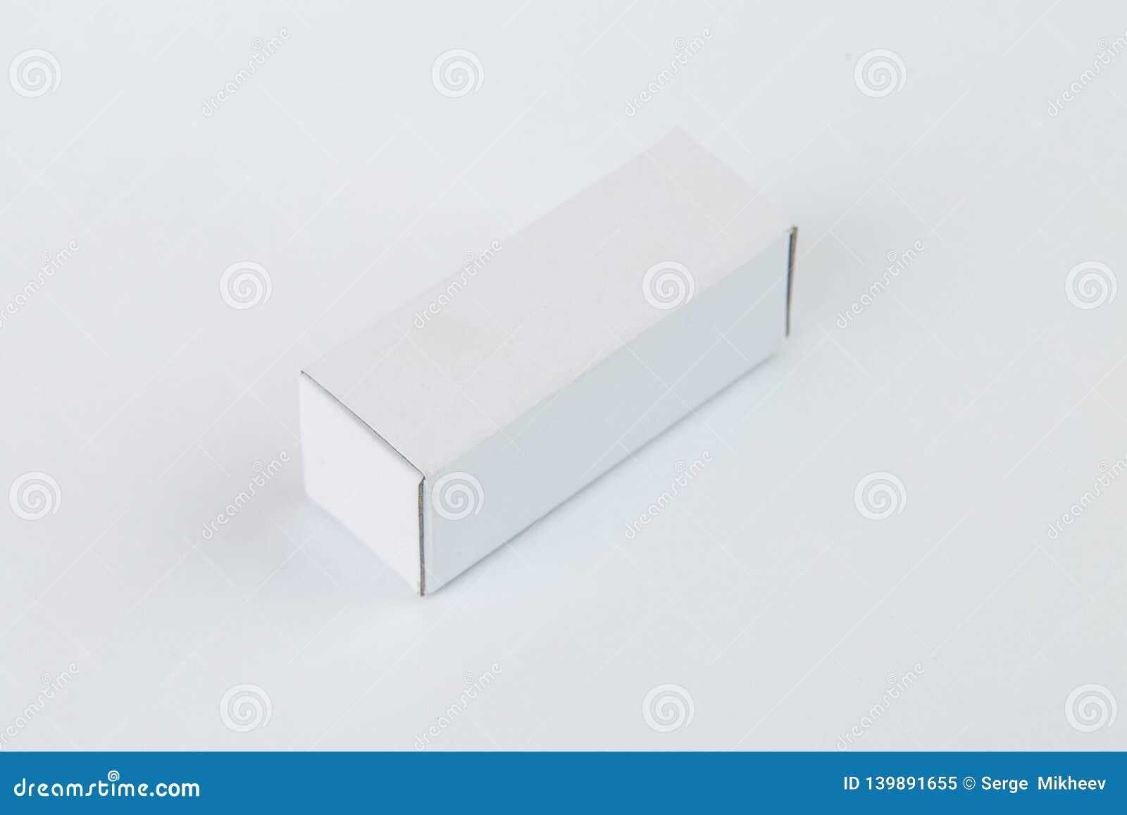 Stäng sig upp av en liten vit kartong, isolerat på vit bakgrund