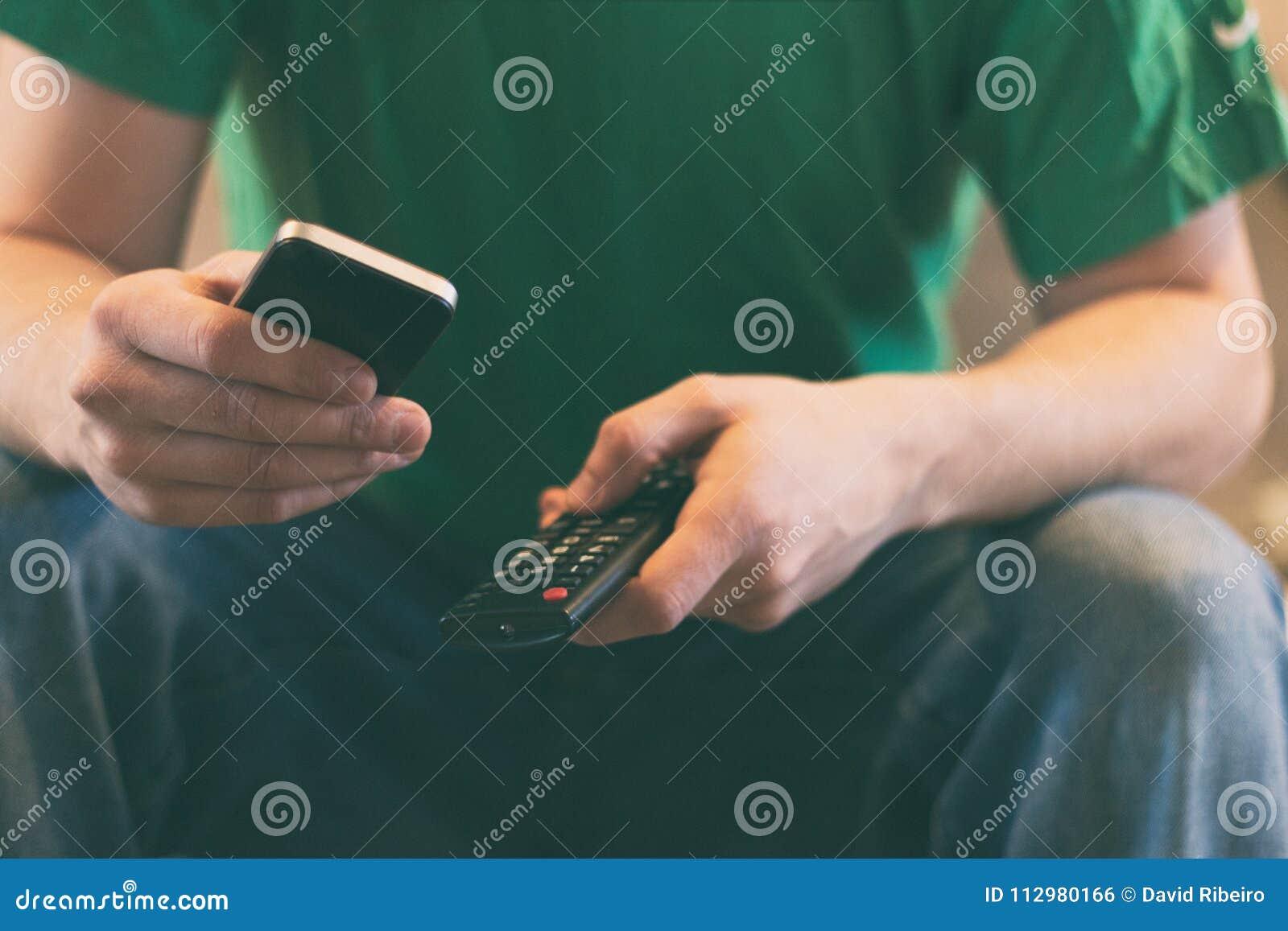 Stäng sig upp av en man som rymmer en mobiltelefon och en tvfjärrkontroll