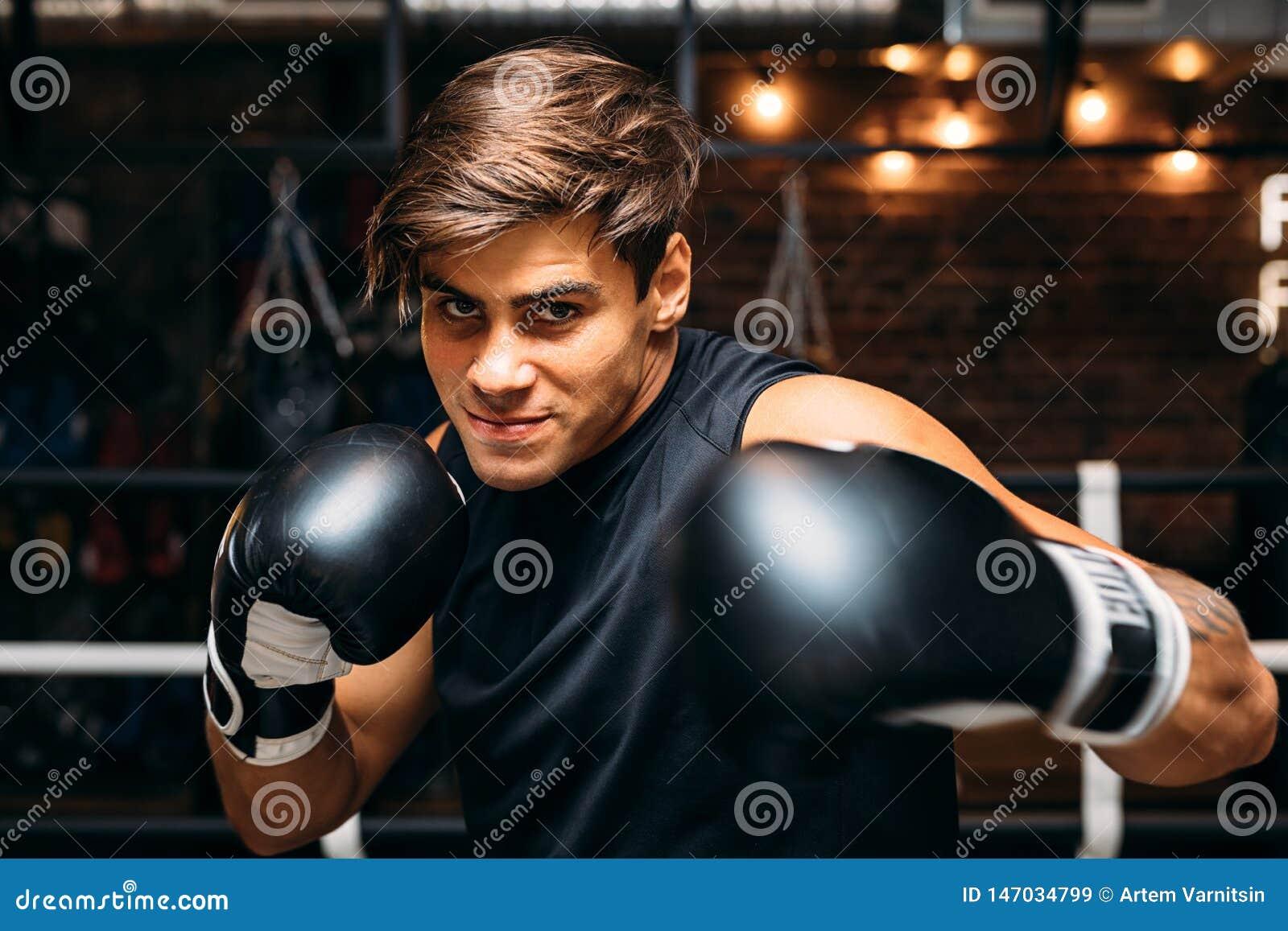 Stäng sig upp av en ung manlig boxare med boxninghandskar