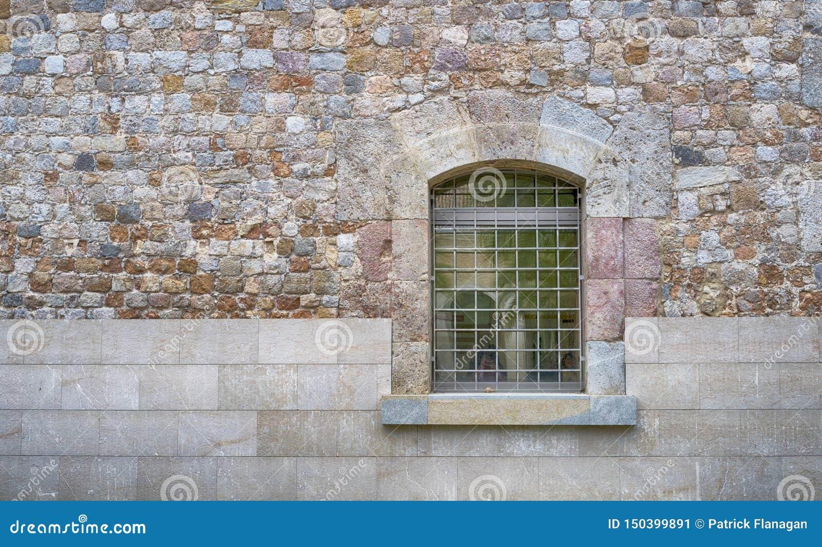 Stäng sig upp av ett fönster med stänger och väggen