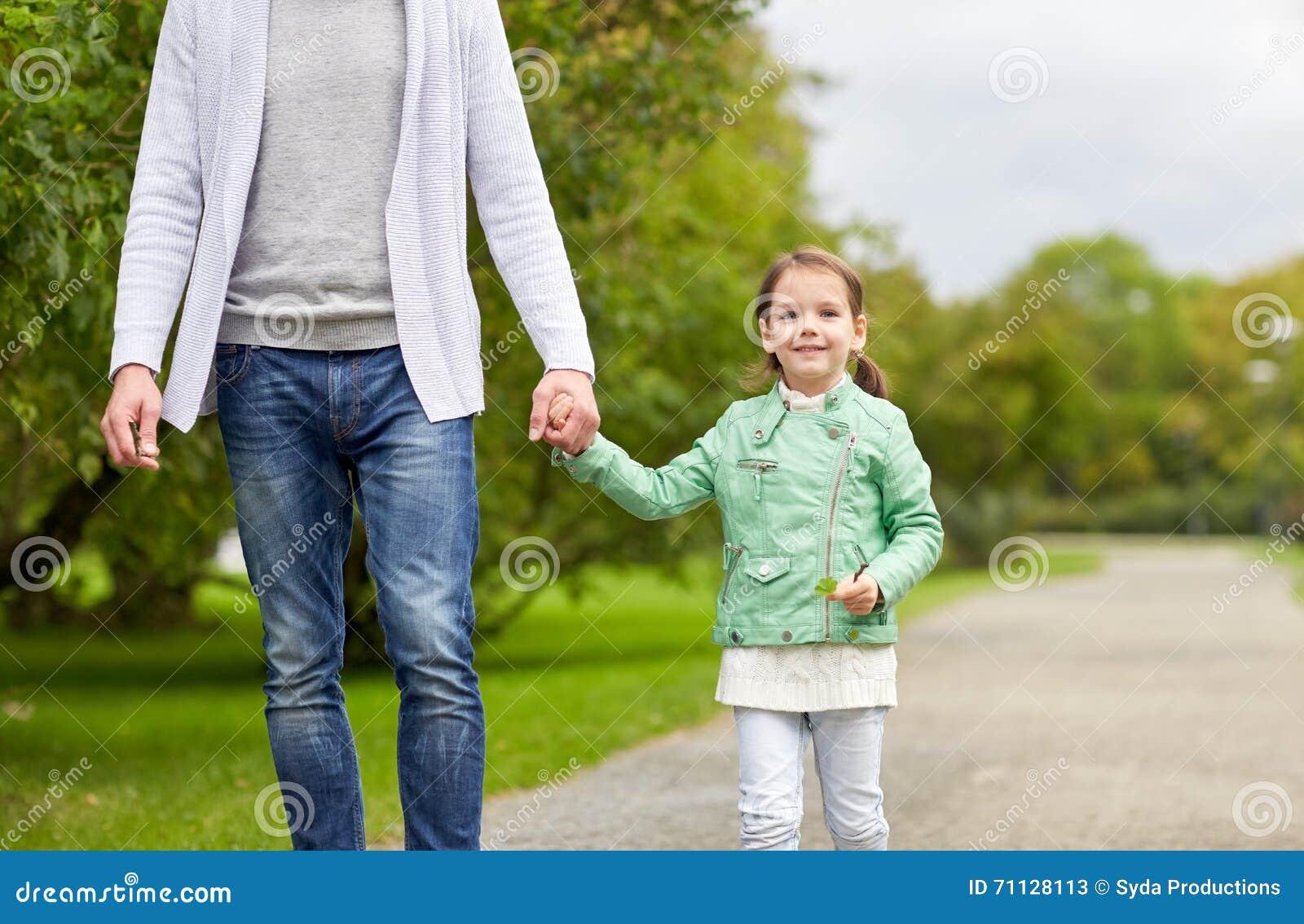 Stäng sig upp av fader, och lilla flickan som in går, parkerar