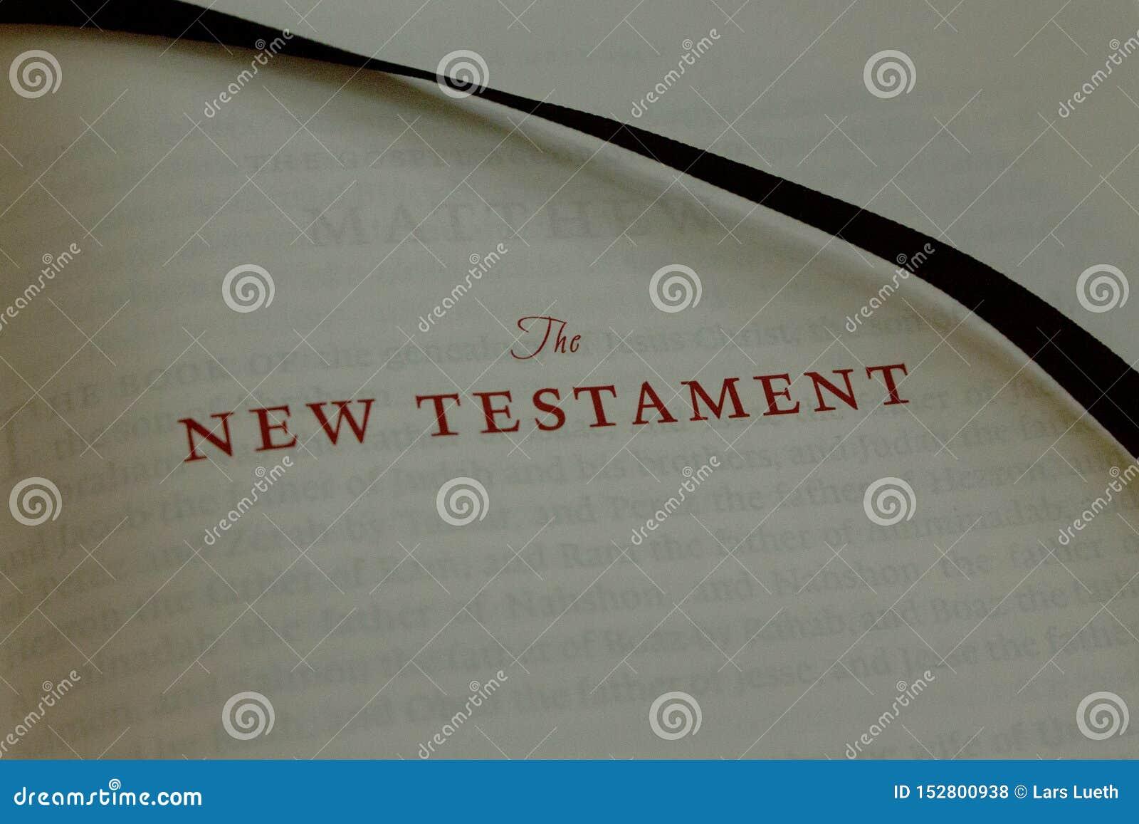 Stäng sig upp av gamla bokstäver som stavar den nya testamentet i en gammal bibel