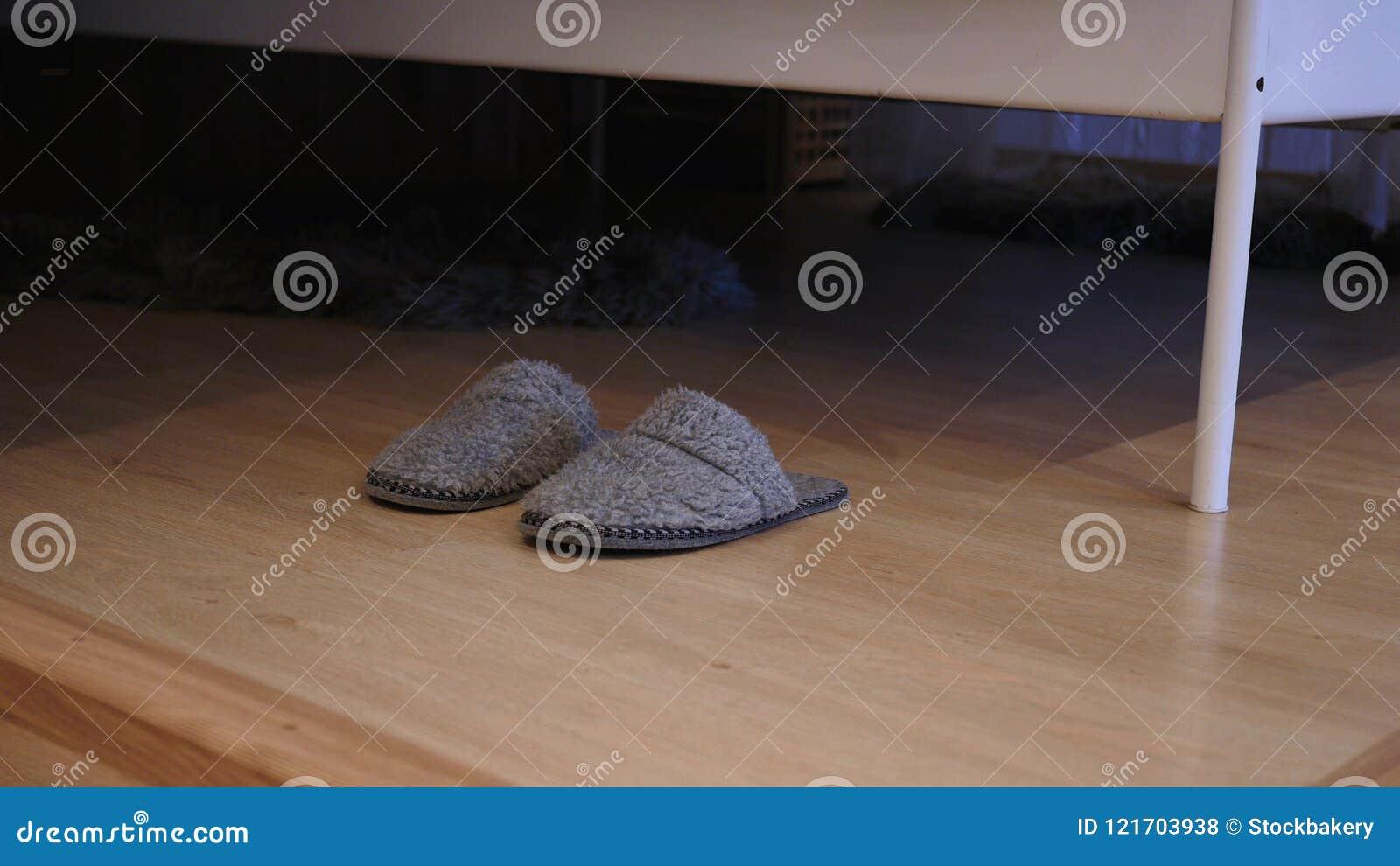 Stäng sig upp av häftklammermatare på near säng för golv