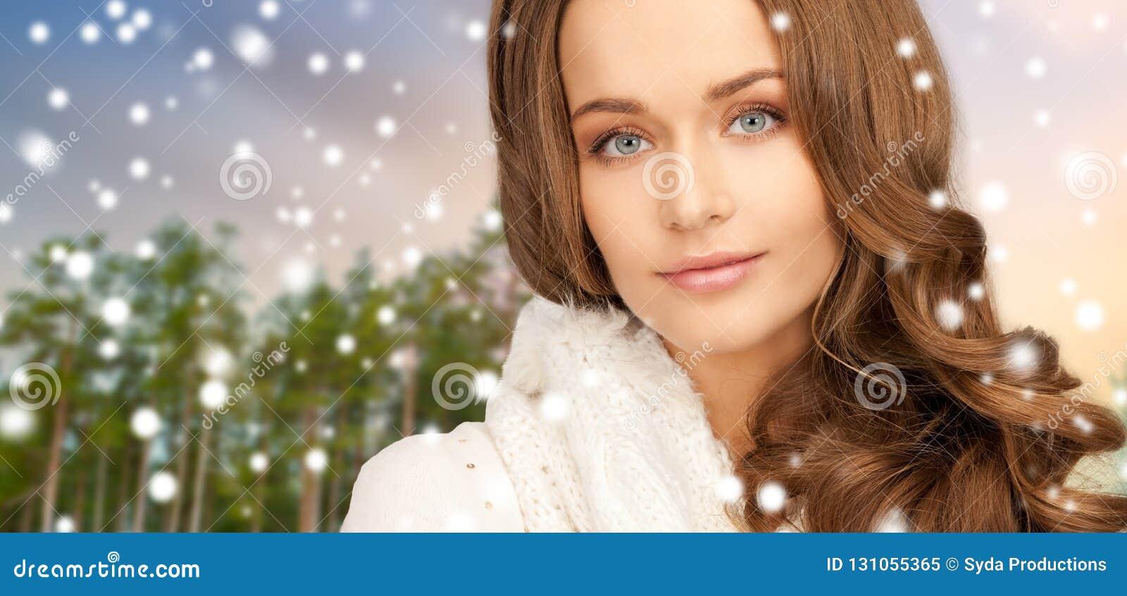 Stäng sig upp av härlig kvinna över vinterskog