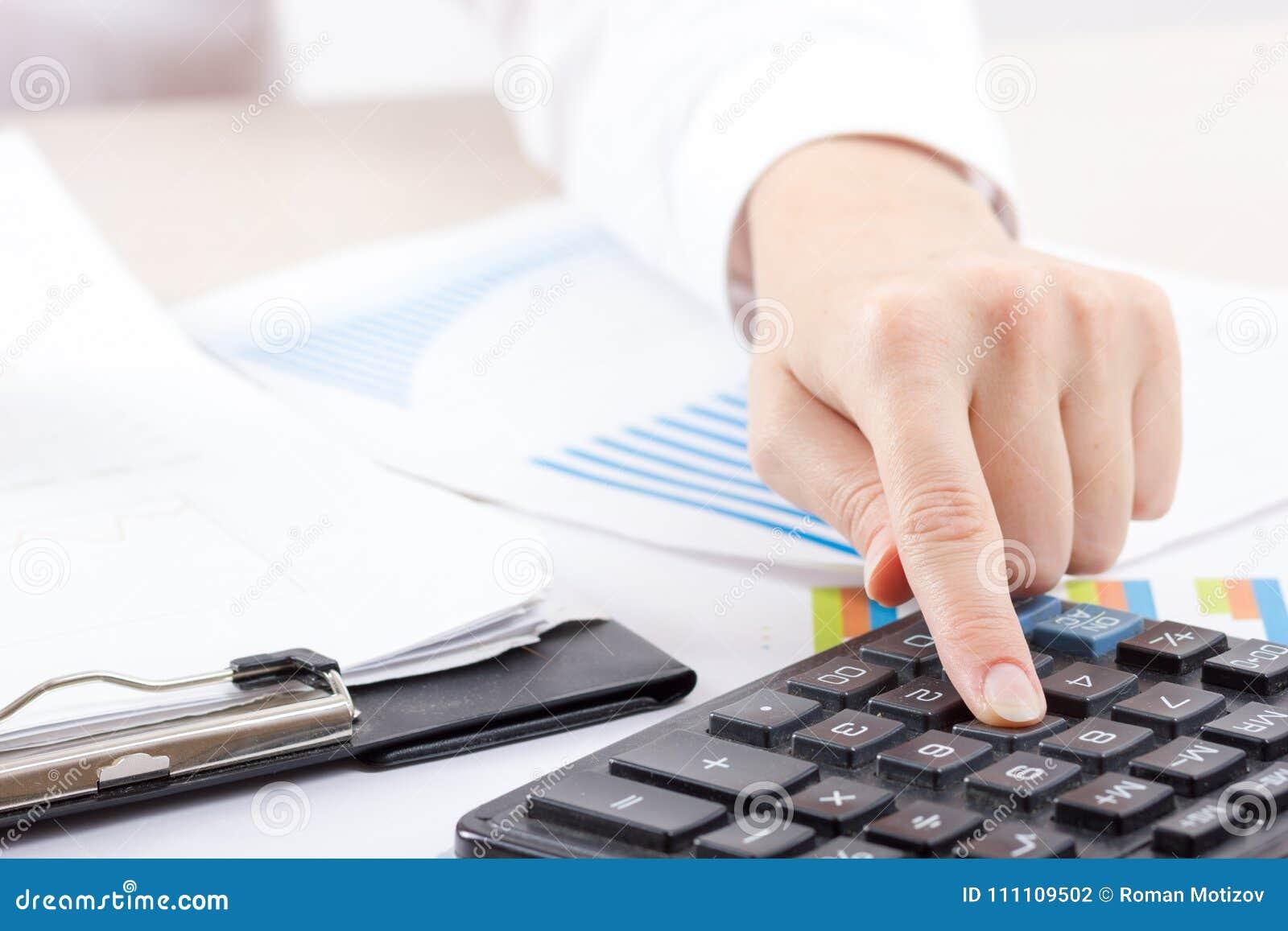 Stäng sig upp av kvinnliga revisor- eller bankirdanandeberäkningar Besparingar, finanser och ekonomibegrepp