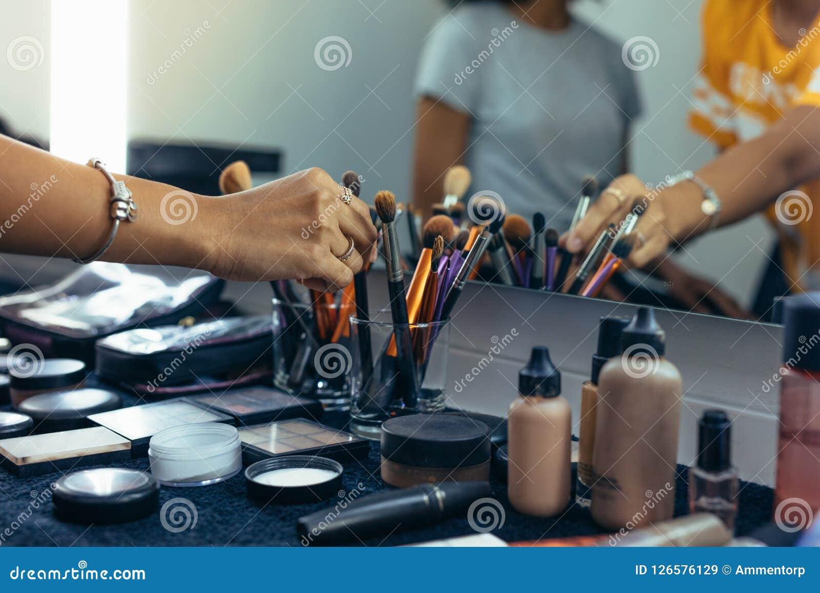Stäng sig upp av makeupobjekten på en tabell