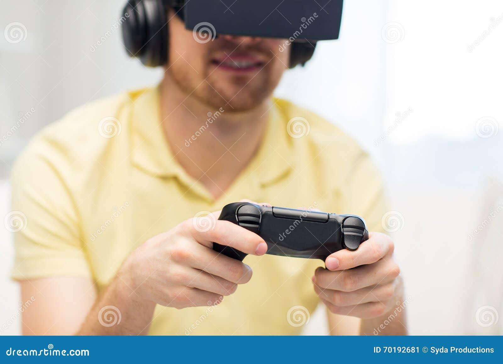 Stäng sig upp av man, i att spela för virtuell verklighethörlurar med mikrofon
