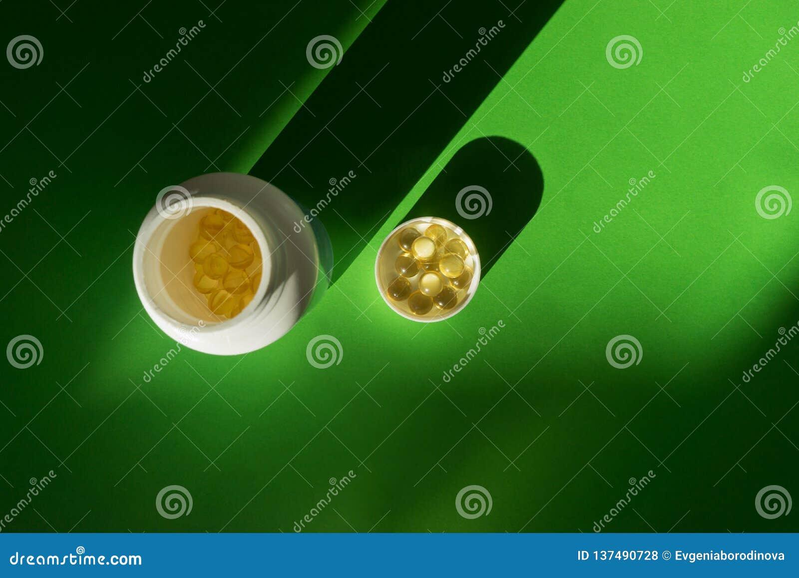Stäng sig upp av mattilläggolja - fyllda kapslar som är passande för: fiskolja, omega 3, omega 6, omega 9, nattljus