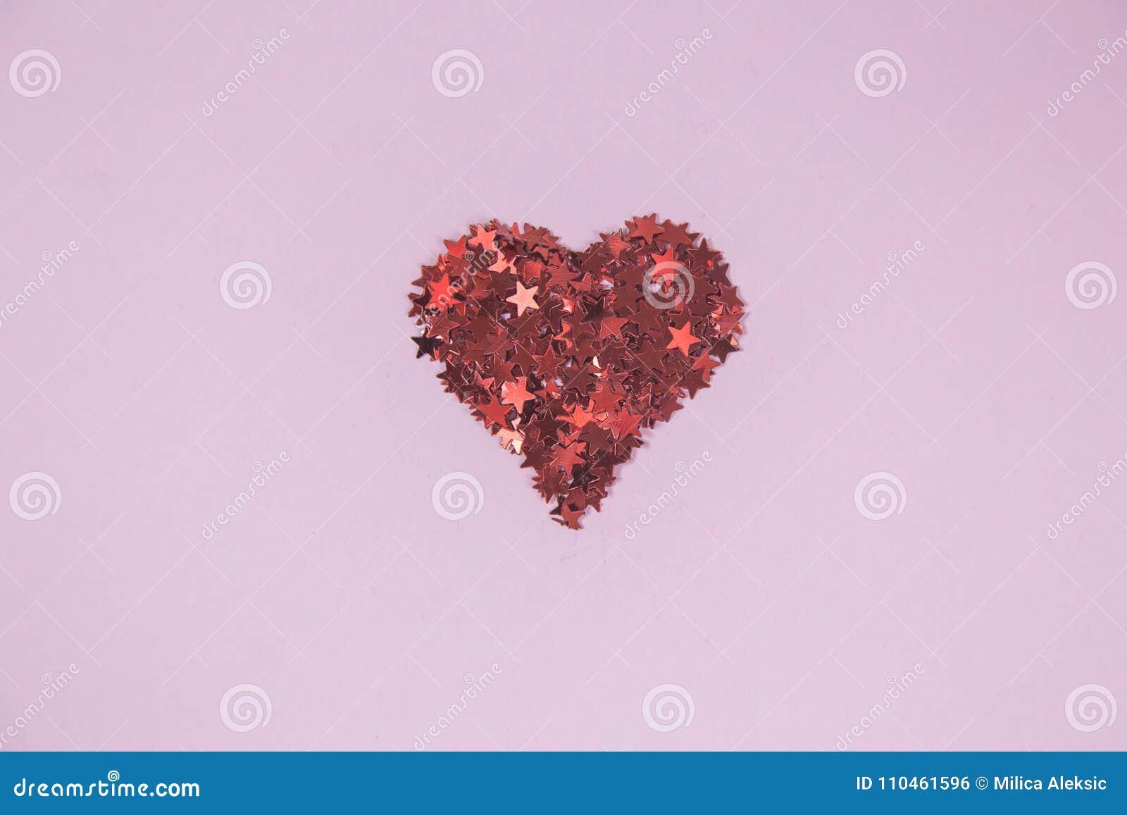 Stäng sig upp av röd hjärta som göras av konfettier i form av den röda stjärnan
