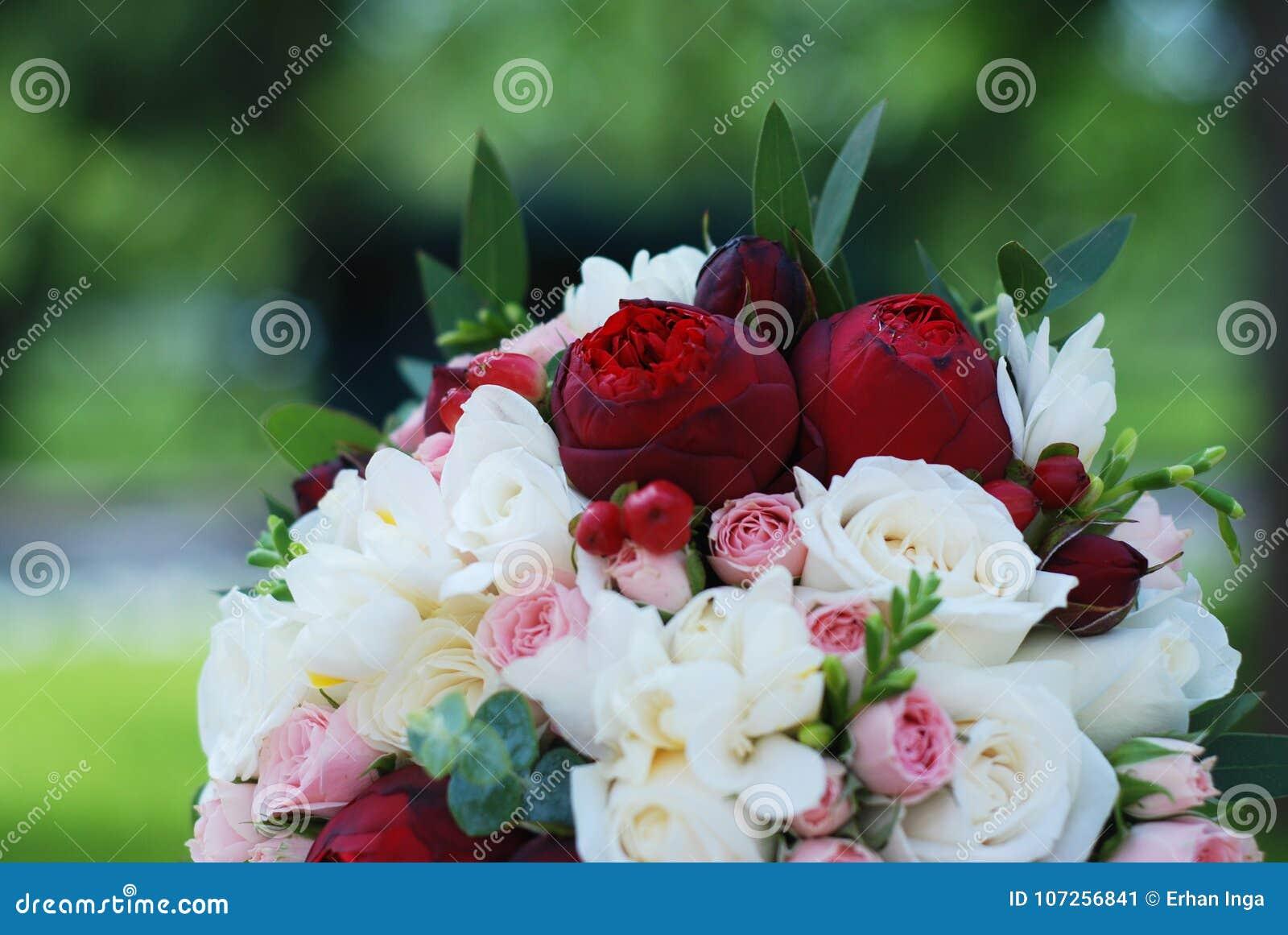 Stäng sig upp av rosa och vita gifta sig Peonny och rosblommor med eukalyptusfrunch