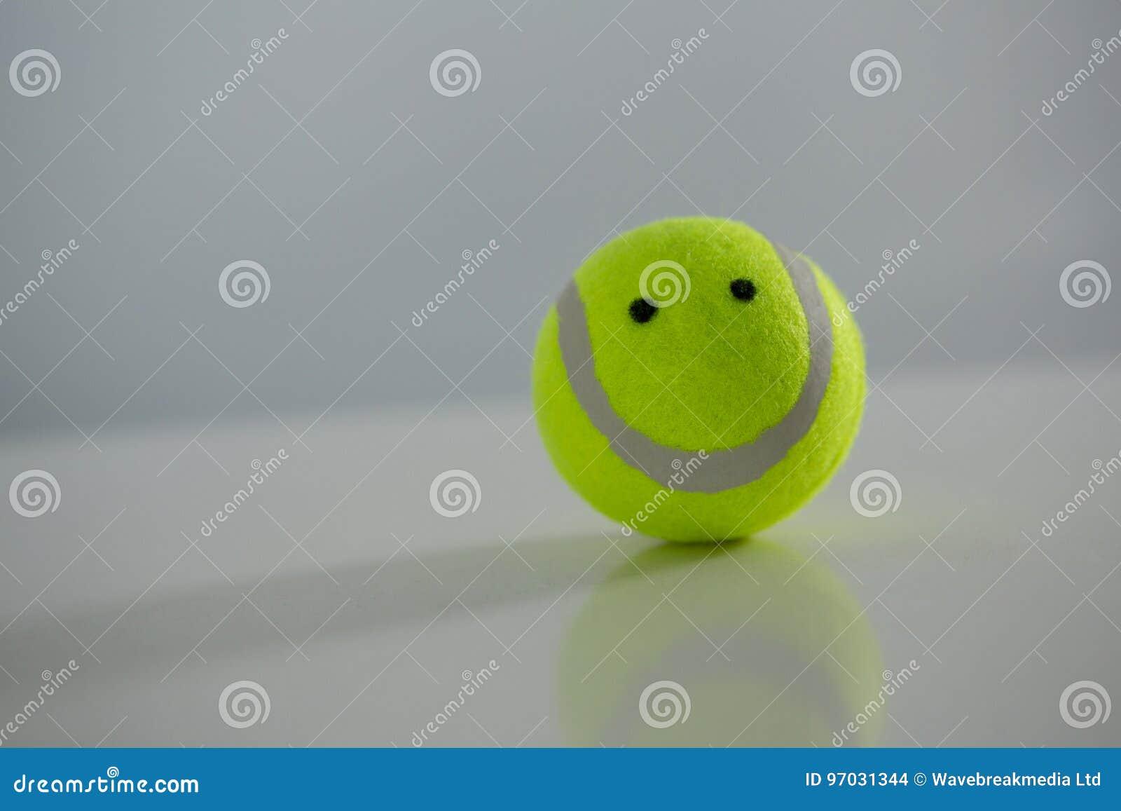 Stäng sig upp av tennisboll med den anthropomorphic framsidan