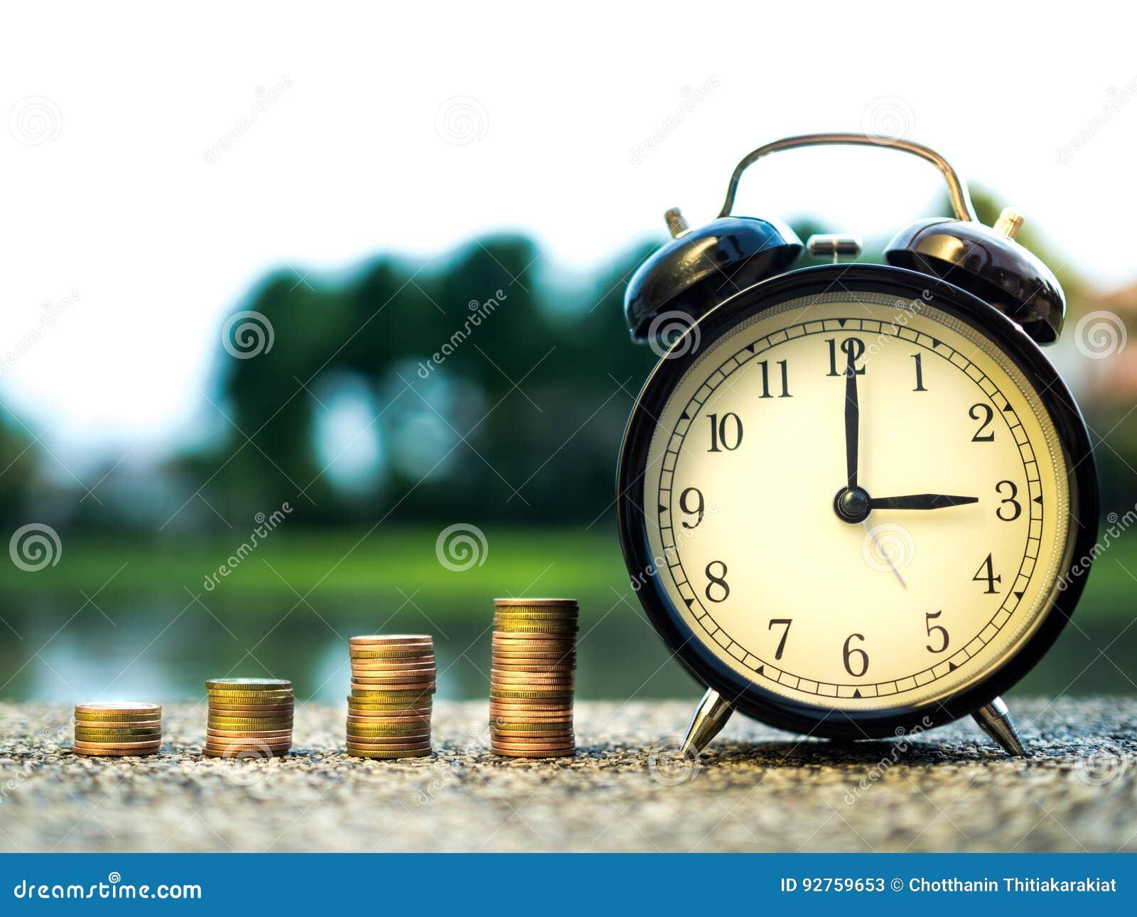 Stäng sig upp av tid- och buntpengarmynt, tidvärde av pengarbegreppet i affärsfinanstema framtida pengarsparande