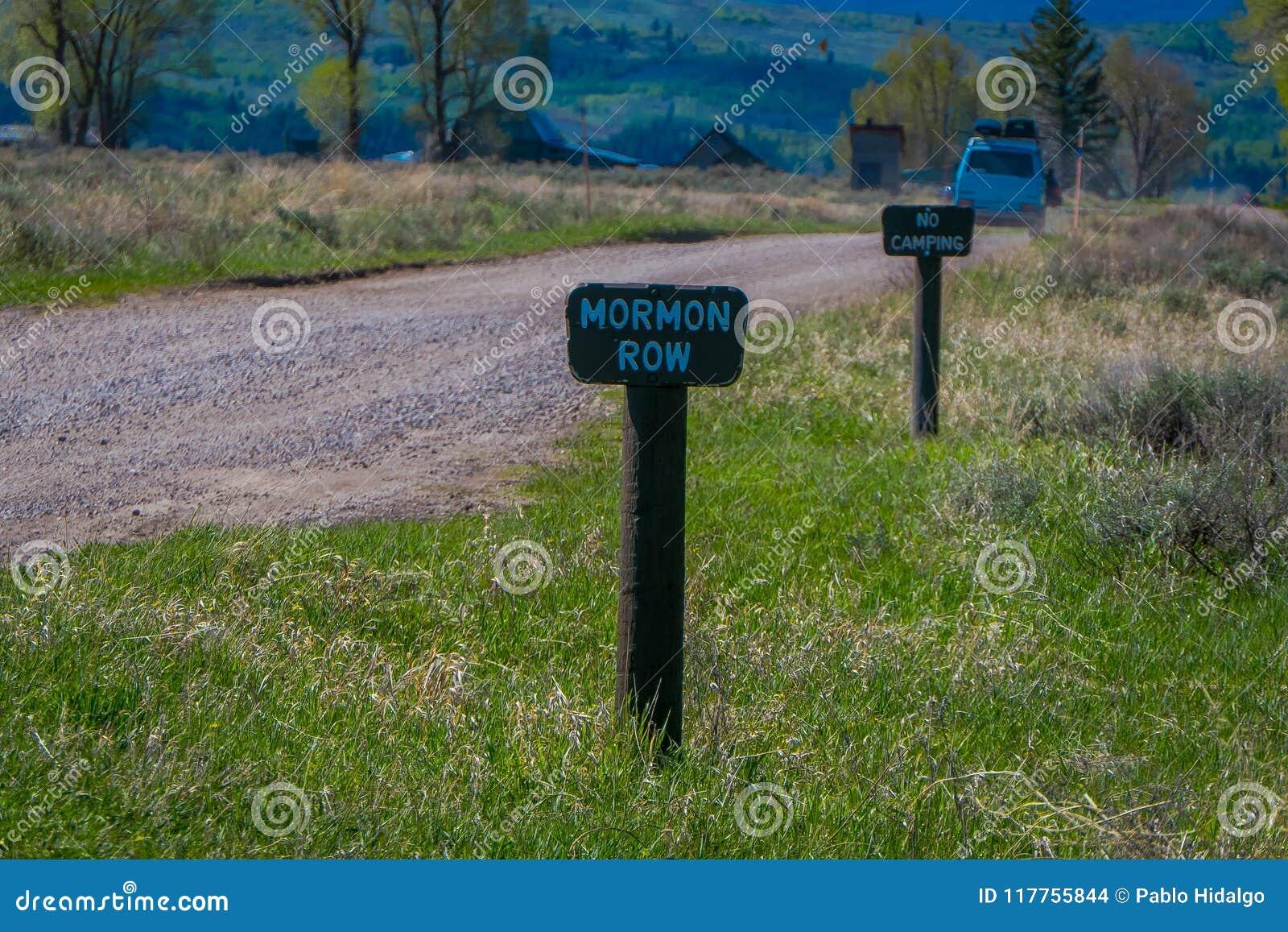 Stäng sig upp av trätecknet som lokaliseras på en sida av stenig väg som leder till den storslagna Teton nationalparken, Wyoming