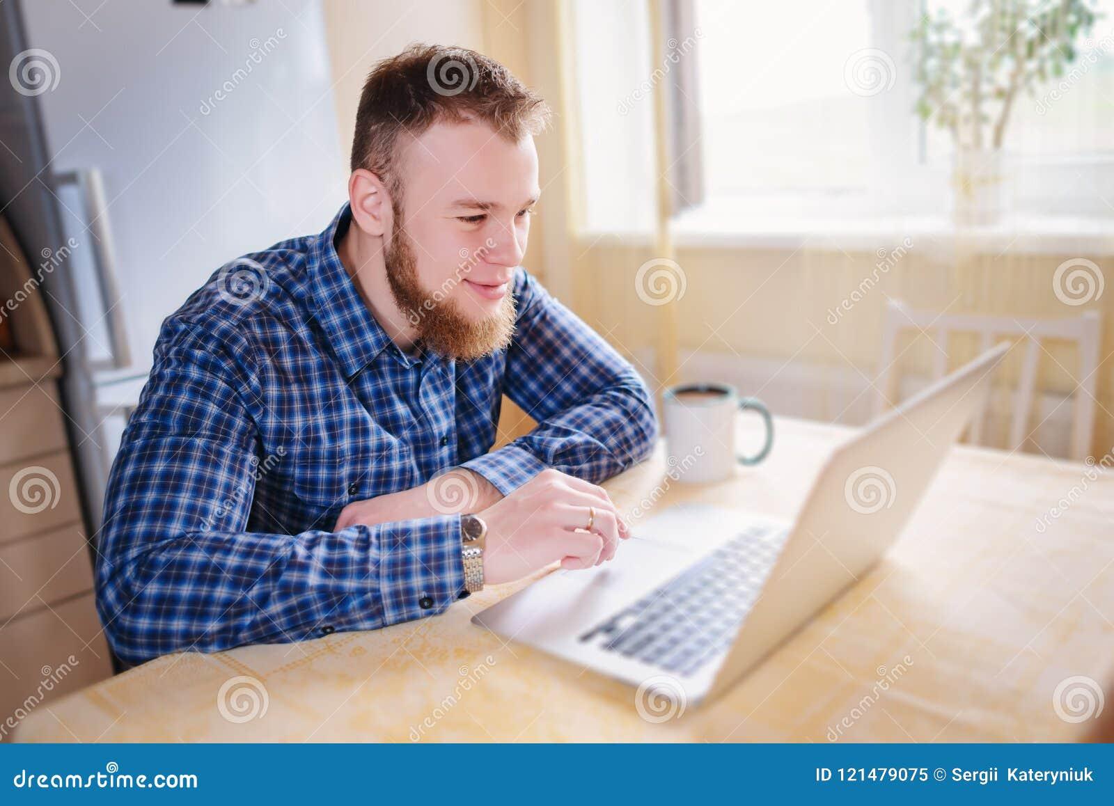 Stäng sig upp av utövande affärsman med funktionsduglig concentra för bärbar dator