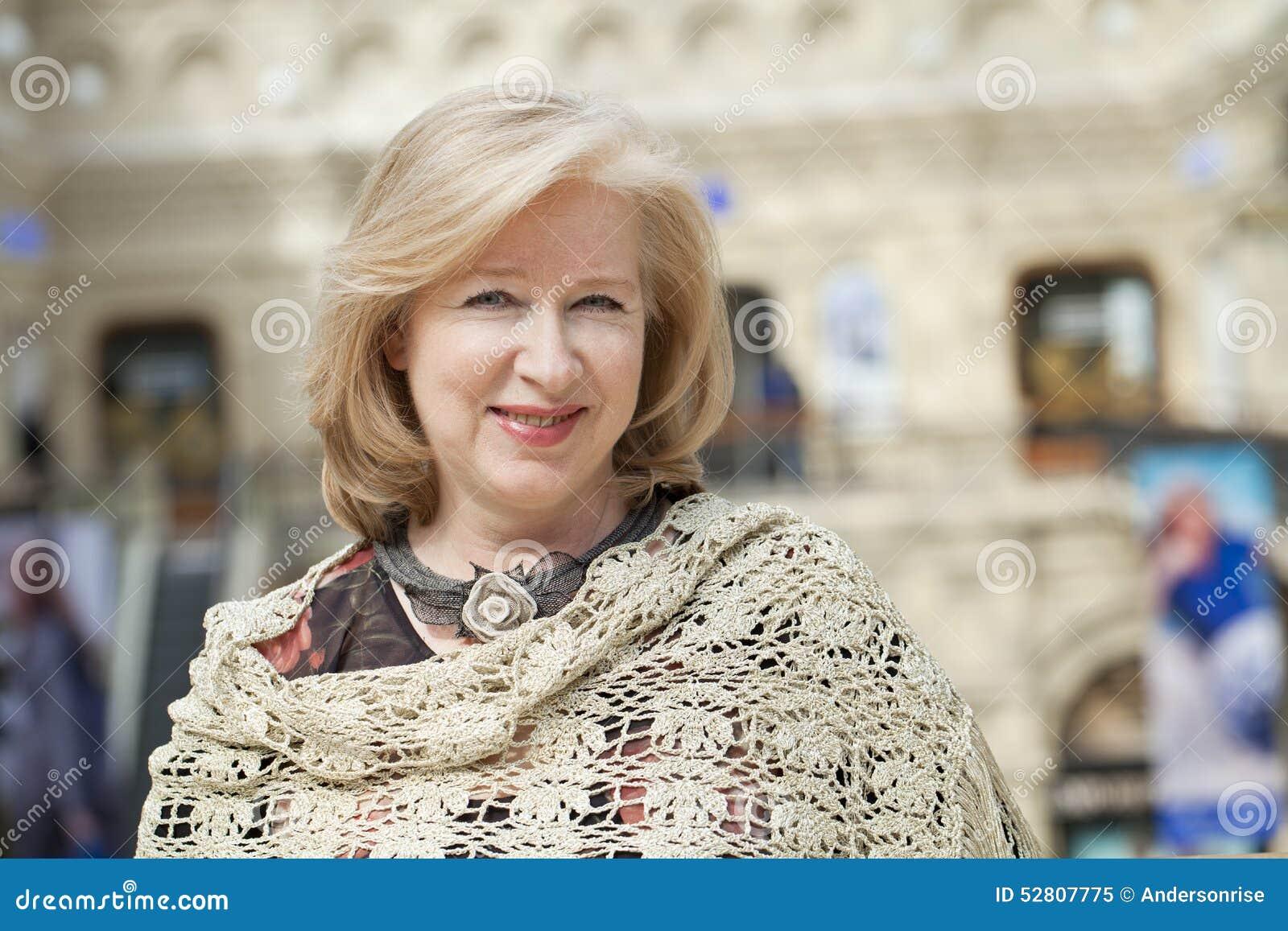 Stäng sig upp den ansikts- ståenden av en härlig hög kvinna
