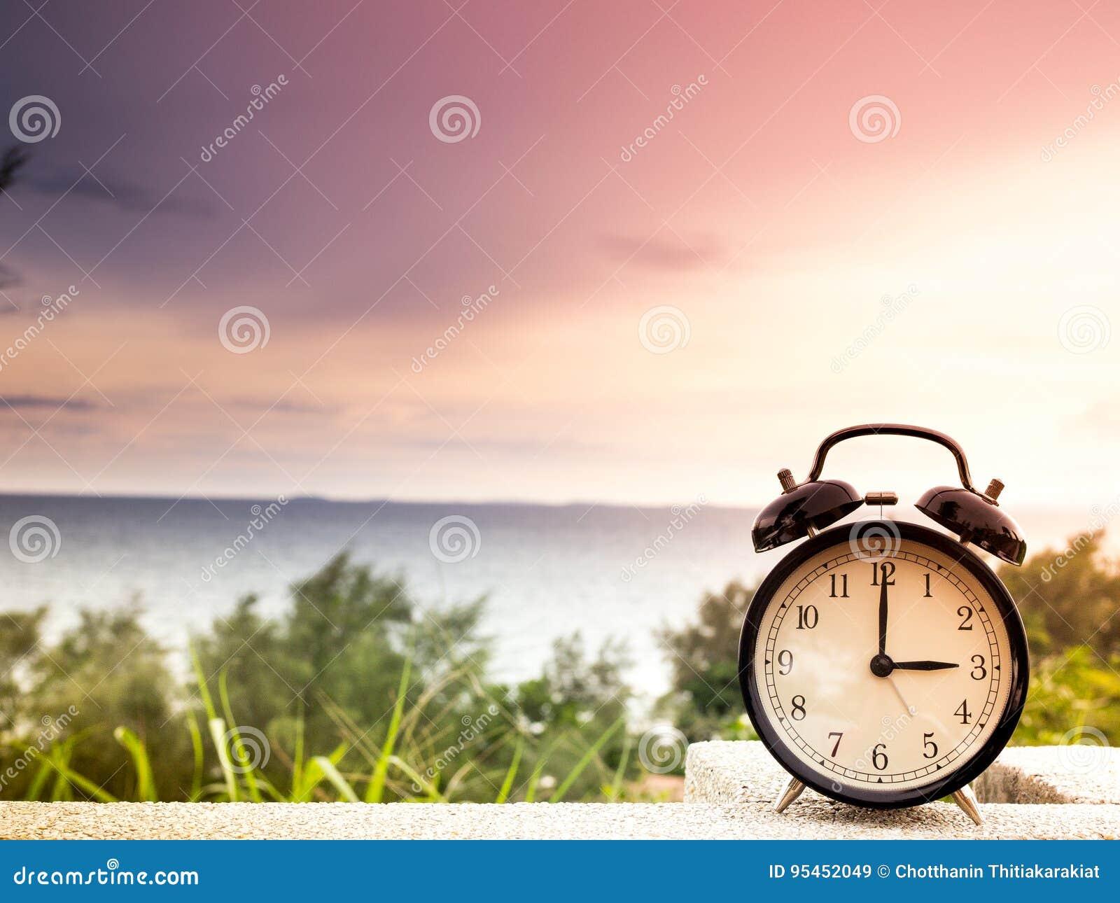 Stäng sig upp en ringklocka med naturbakgrund, tidbegrepp