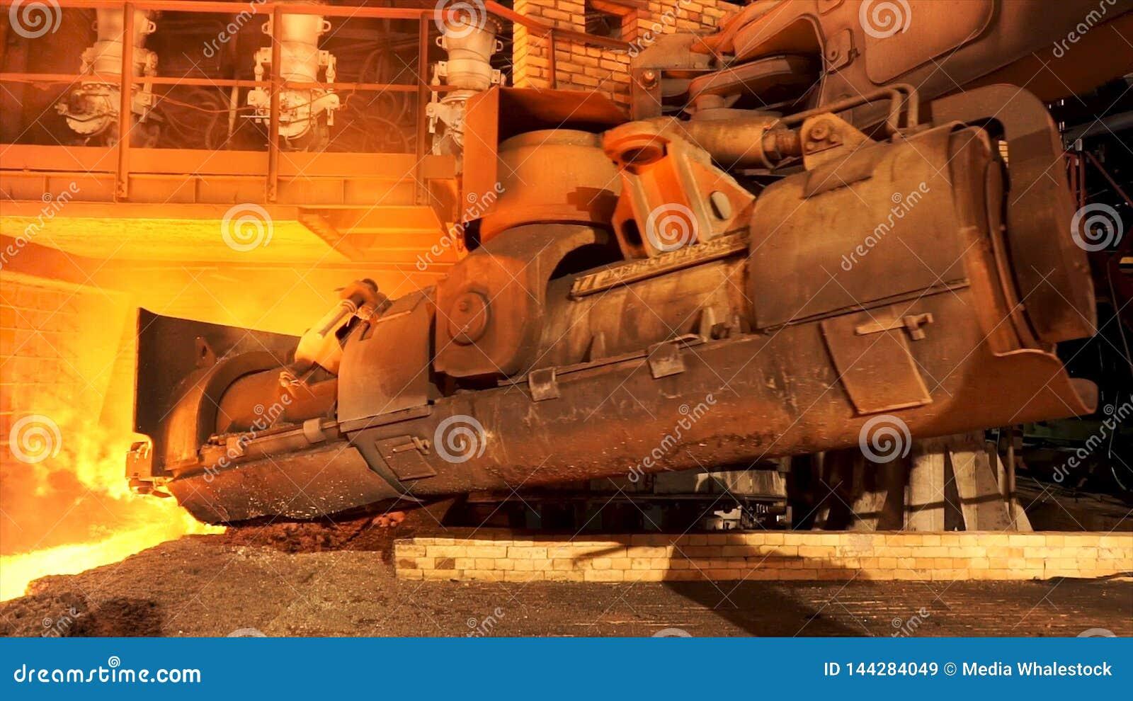 Stäng sig upp för aluminiumsmältningspanna i en gjuteri som tillbaka flyttar sig, det tunga metallurgibegreppet Materiellängd i f
