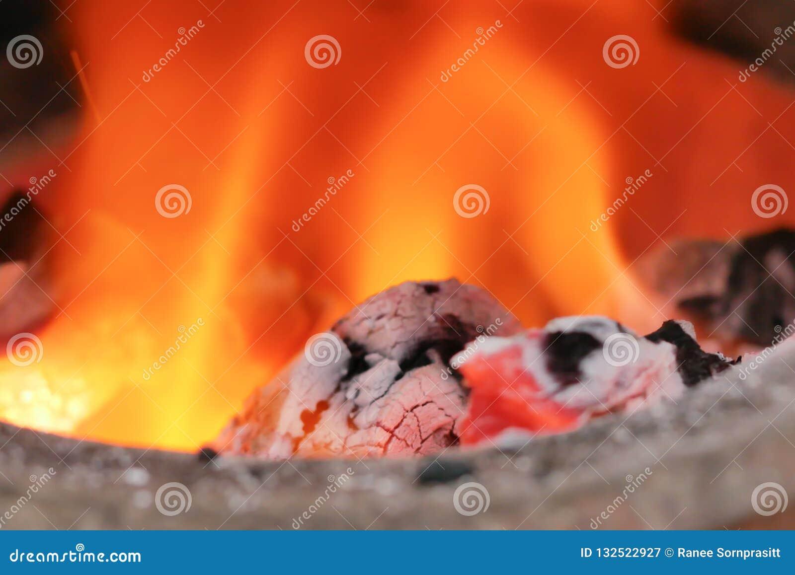 Stäng sig upp kol i branden