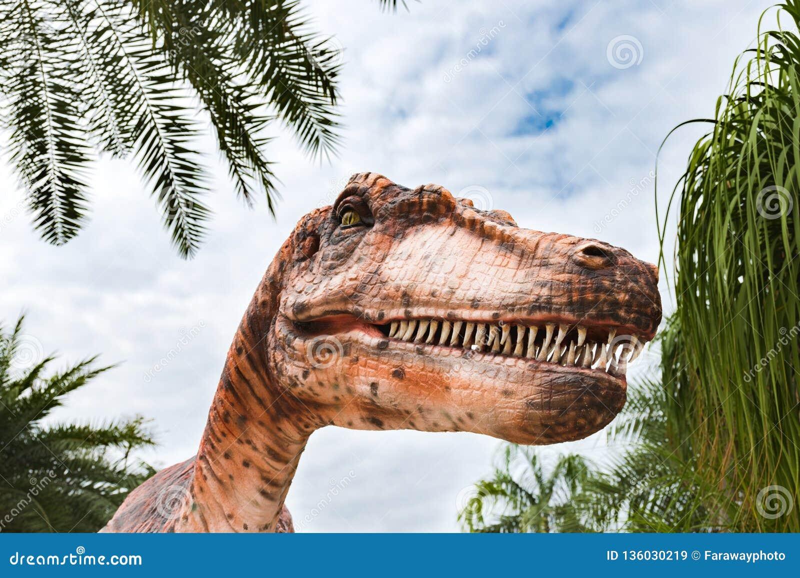 Stäng sig upp på en realistisk staty av tyrannosarien i dinosaurie parkerar
