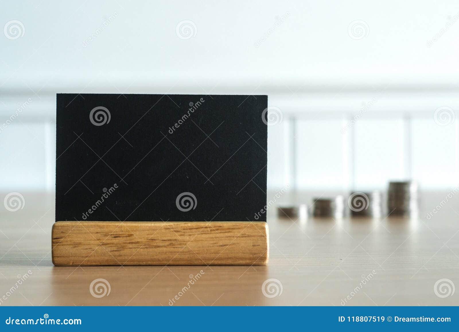 Stäng sig upp på en svart tavla med myntpengar i bakgrund Mellanrumet eller tömmer utrymme för textmeddelande