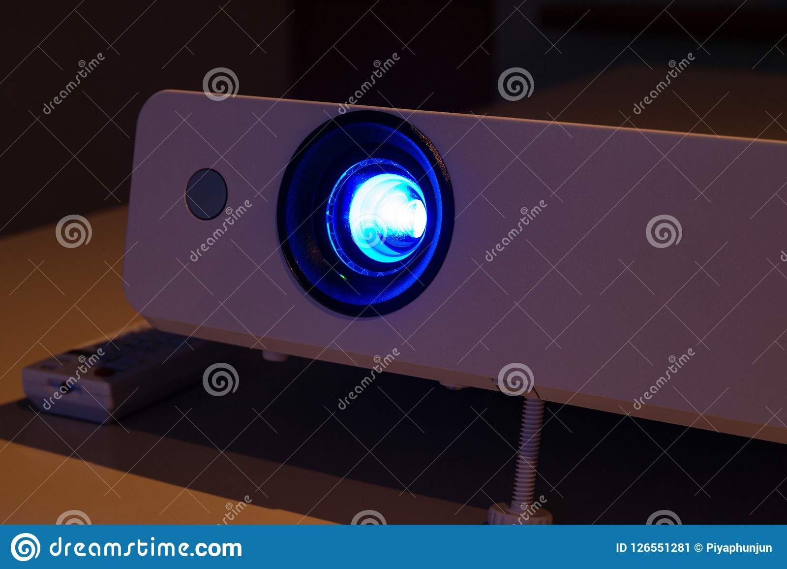 Stäng sig upp projektorn för presentationen i en mötesrum