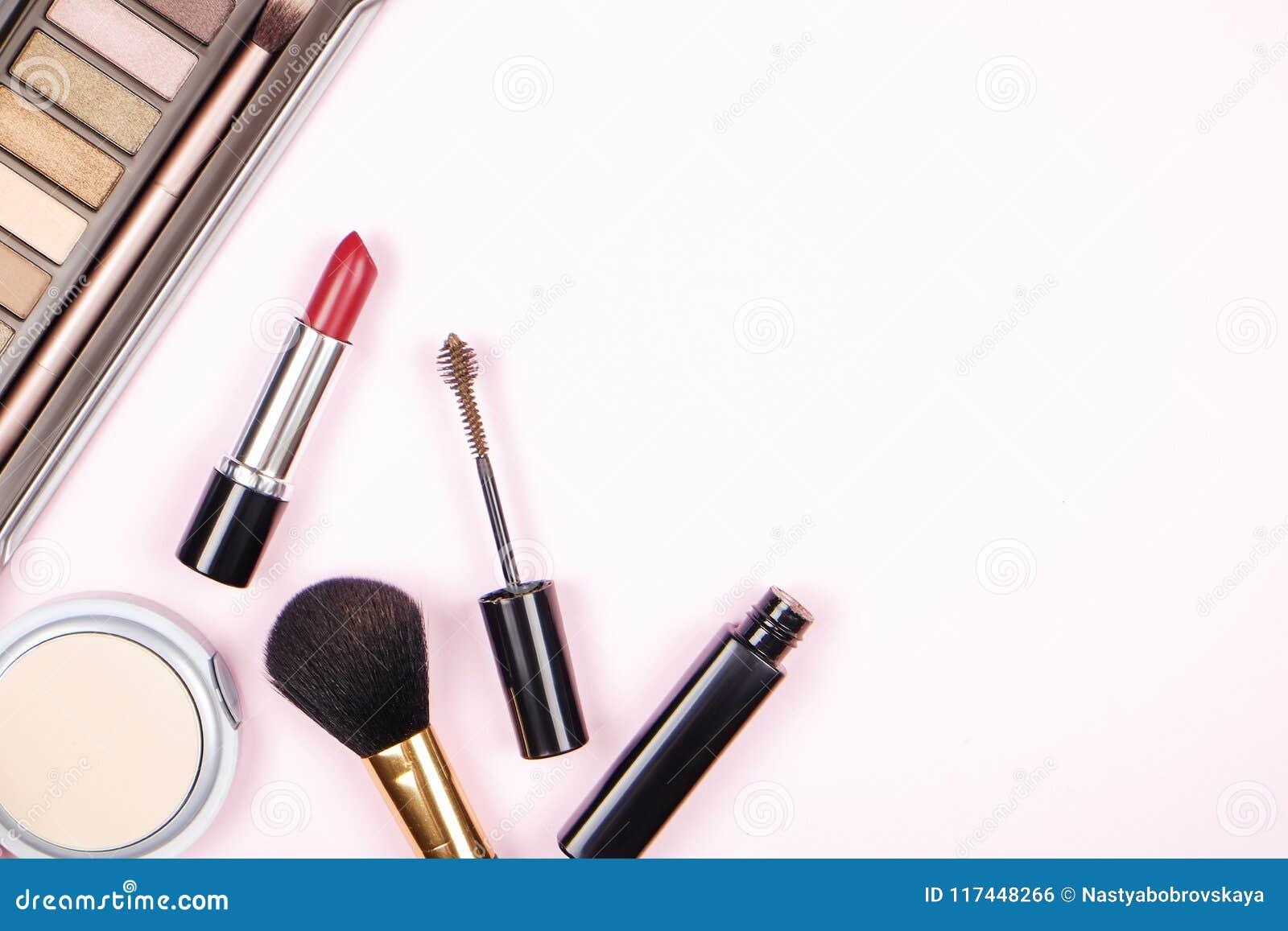 Stäng sig upp sammansättning av överkanten för tabellen för kvinna` s med den färgrika paletten för ögonskugga och olik kosmetisk