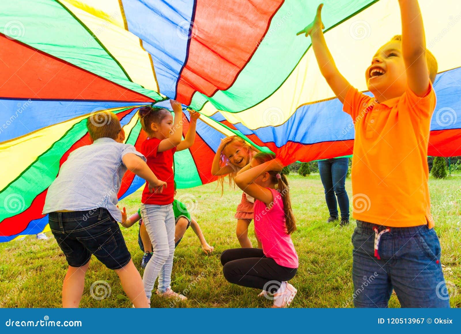 Stäng sig upp sikt av barn under den enorma regnbågeräkningen