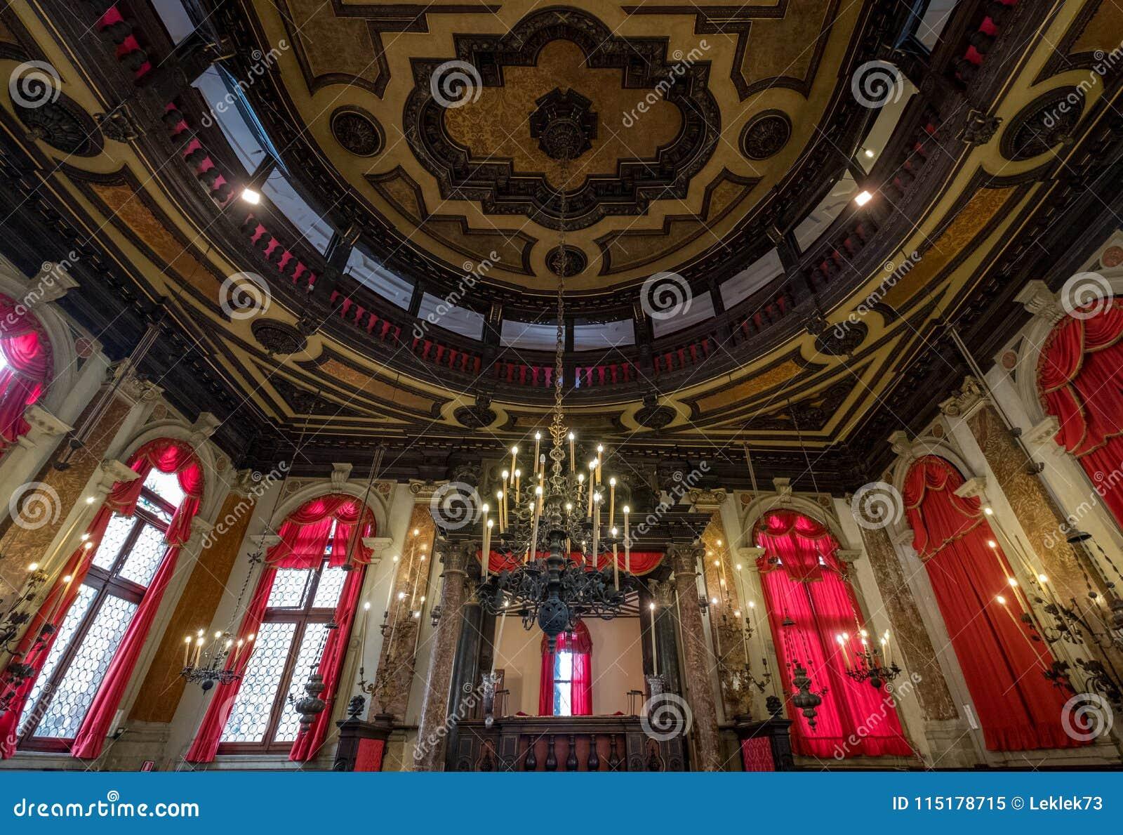Stäng sig upp sikten av inre av den historiska spanska synagogan Schola Spagniola, Cannaregio, Venedig