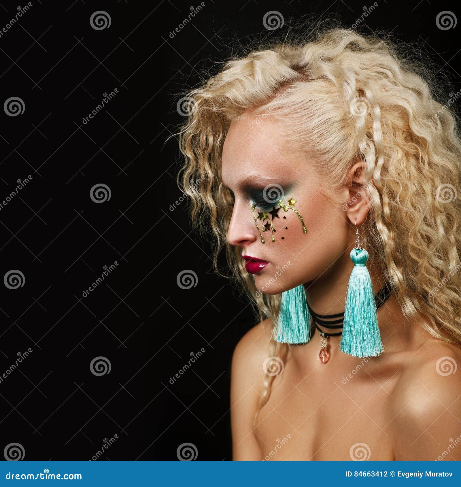 Stäng sig upp skönhetståenden av den unga kvinnan med härlig makeup