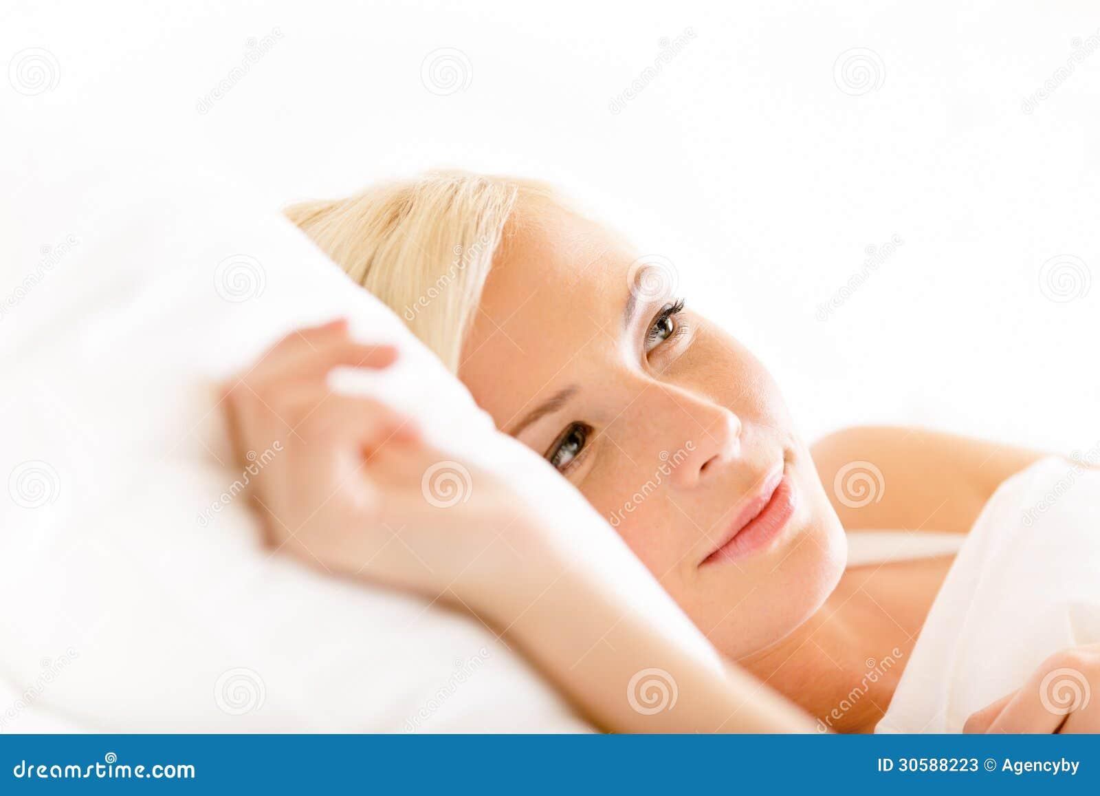 Stäng sig upp skott av att ligga i sängkvinna