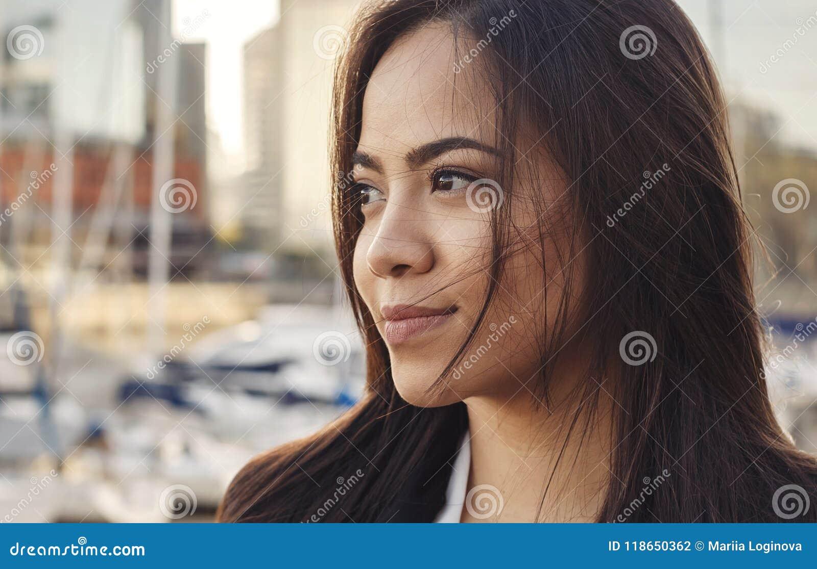Stäng sig upp ståenden av den härliga attraktiva latinamerikanska kvinnan