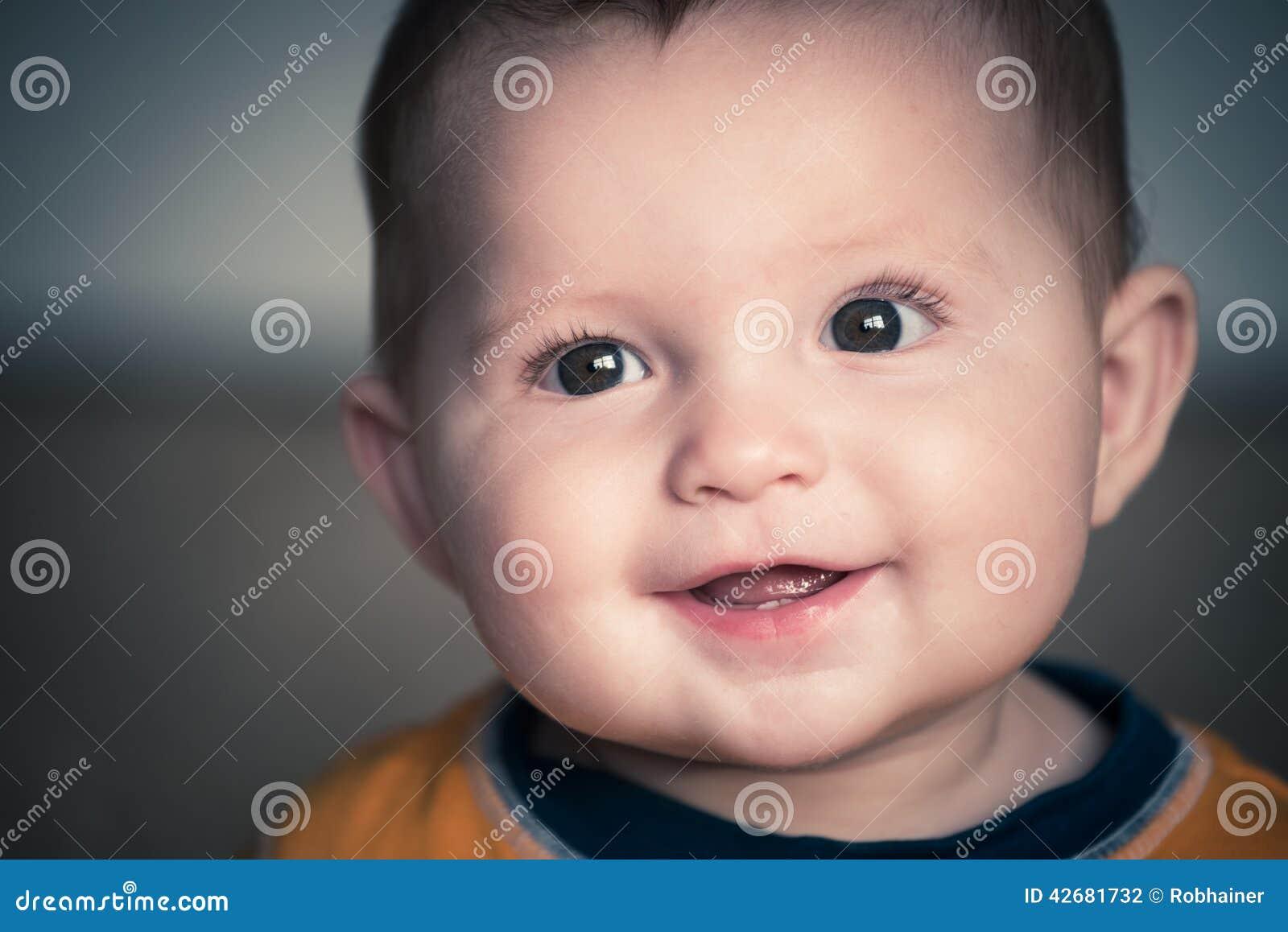 Stäng sig upp ståenden av gulligt lyckligt behandla som ett barn att le