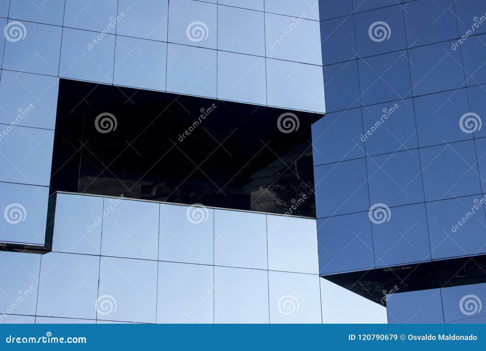 Stäng skottet av en slät modern väggfaçade för glass fönster