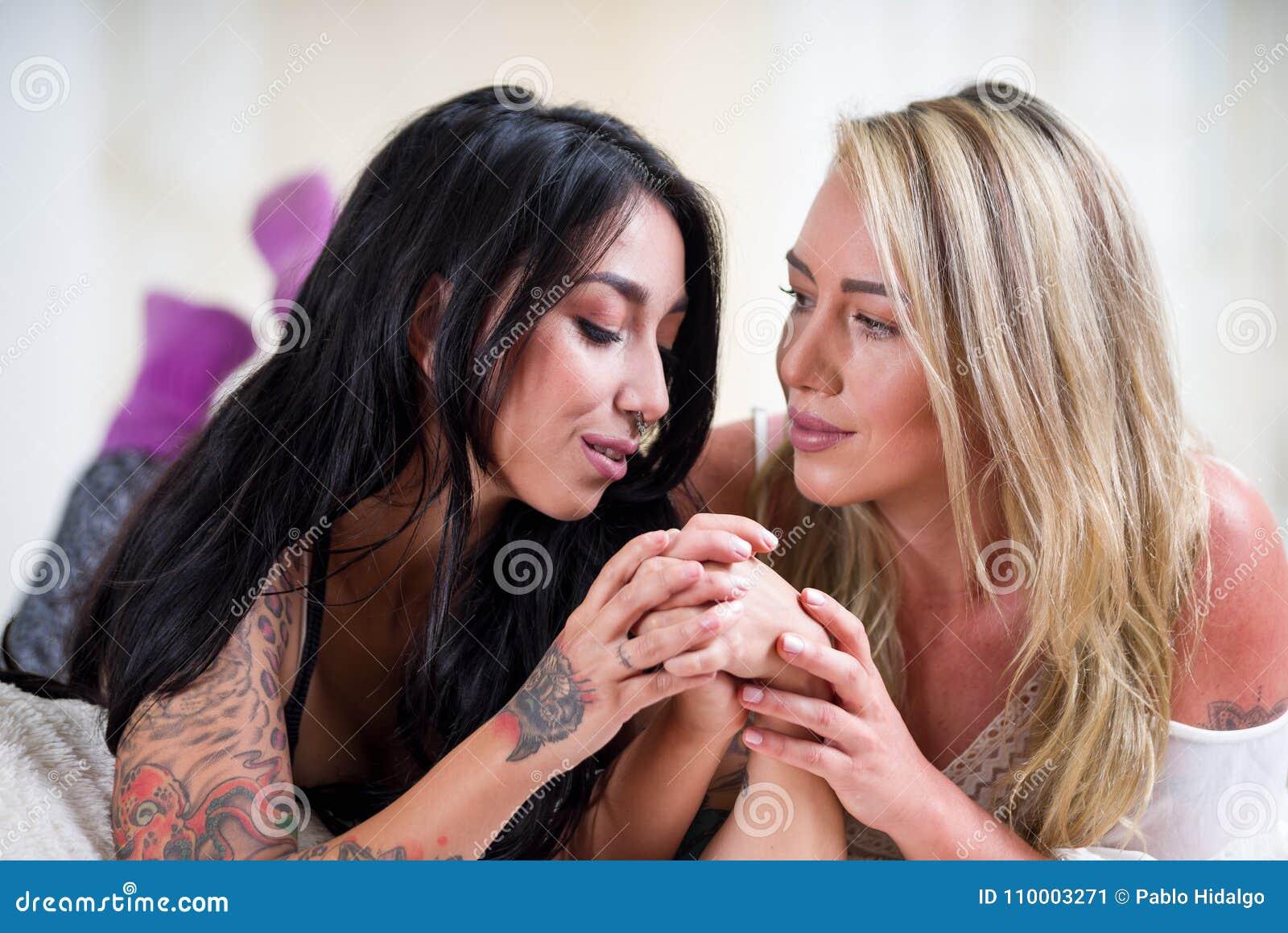 Svart lesbisk eskort