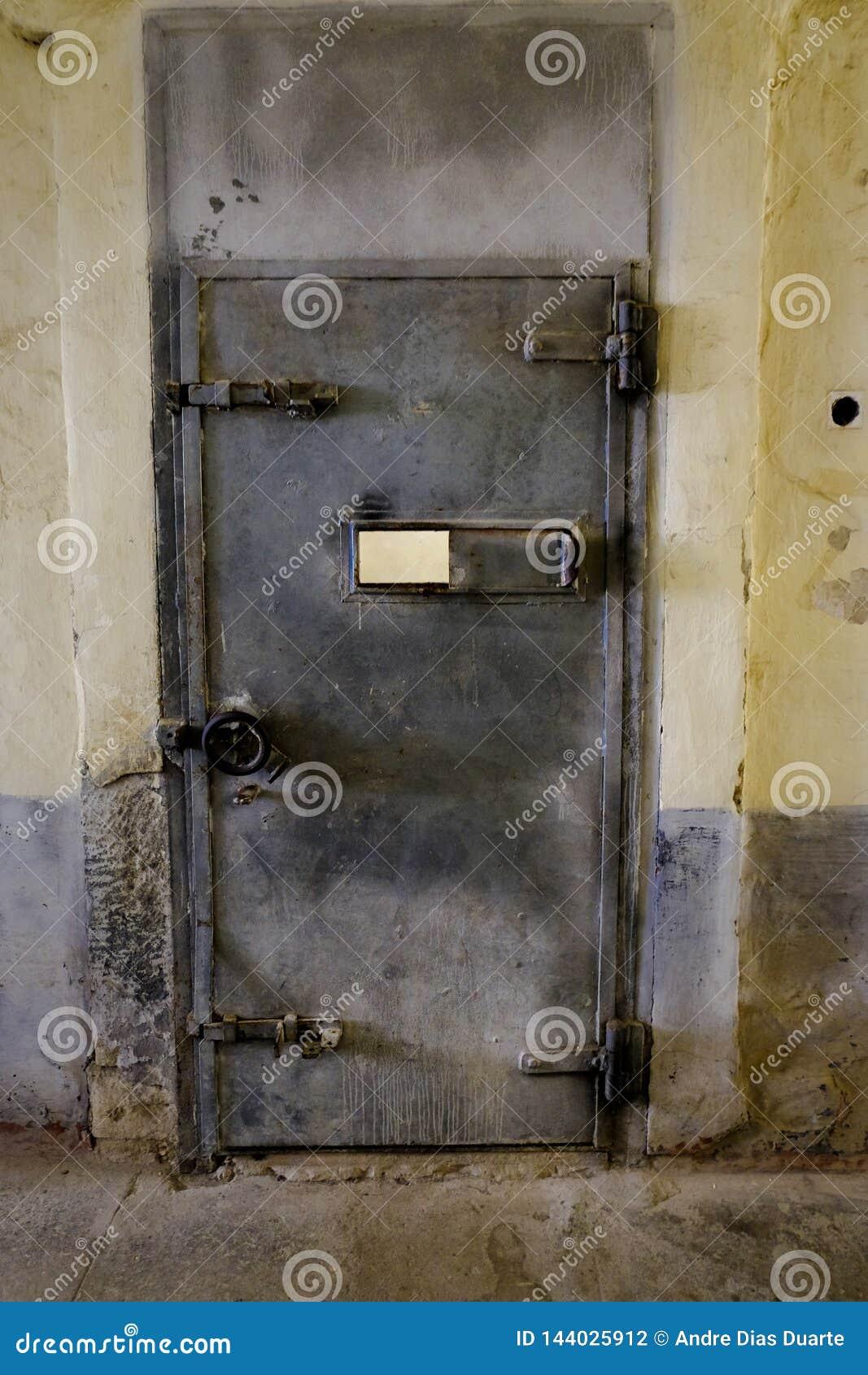 Stängd fängelsejärndörr