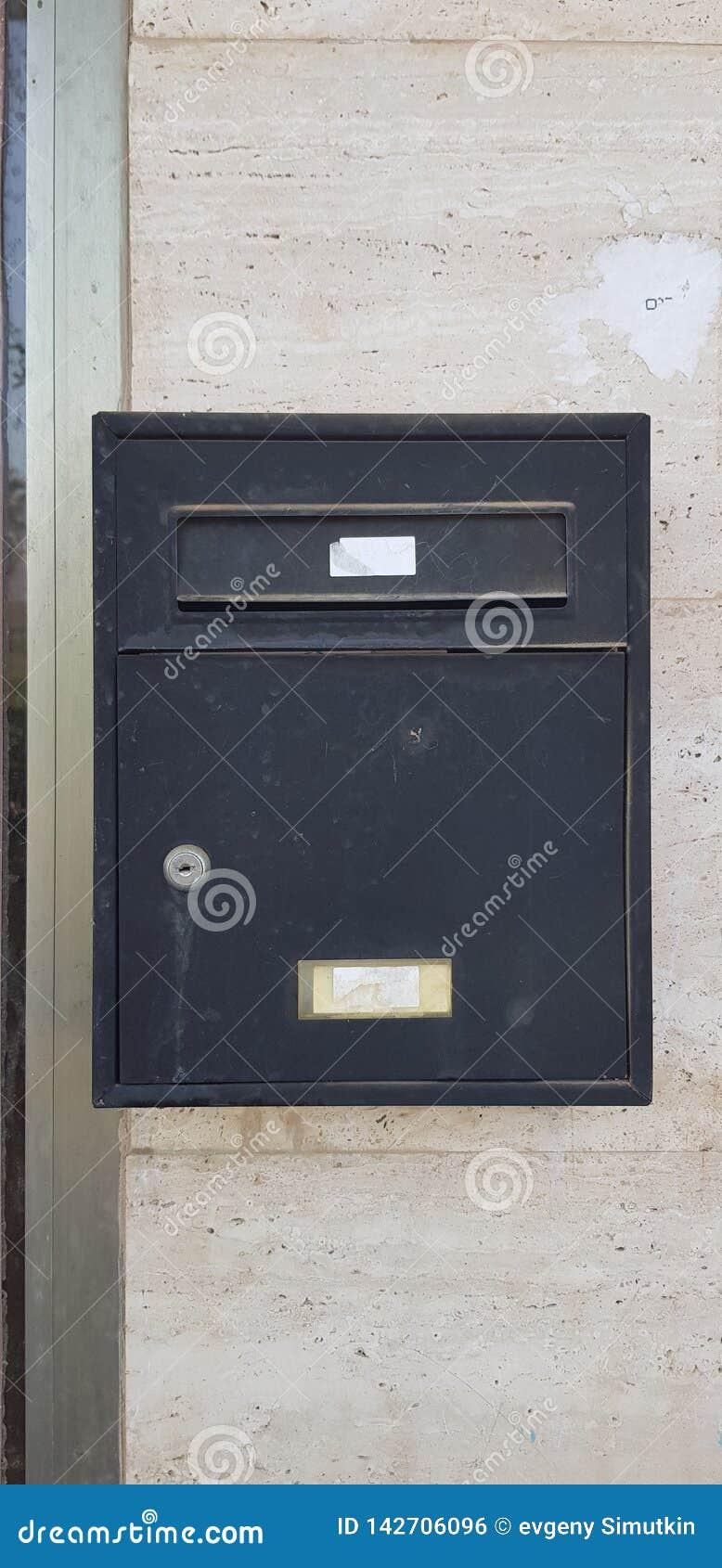 Stängde sig den svarta brevlådan för gammal metall med en tangent
