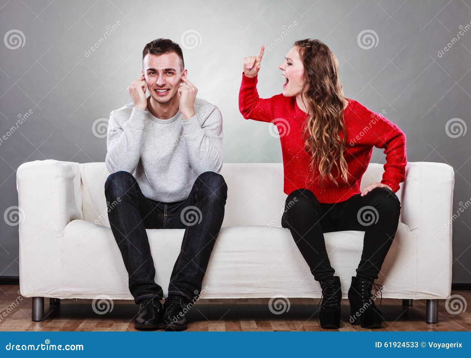 Stänger den skrikiga mannen för den ilskna raserikvinnan hans öron