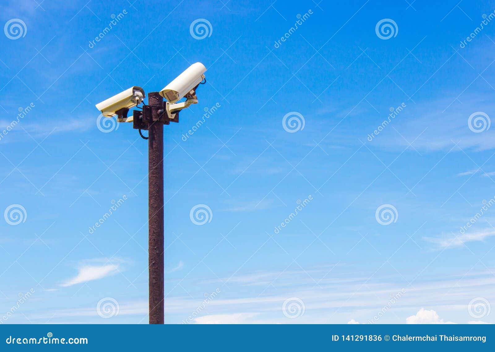 Stängt - strömkretskamera på himmelbakgrunden
