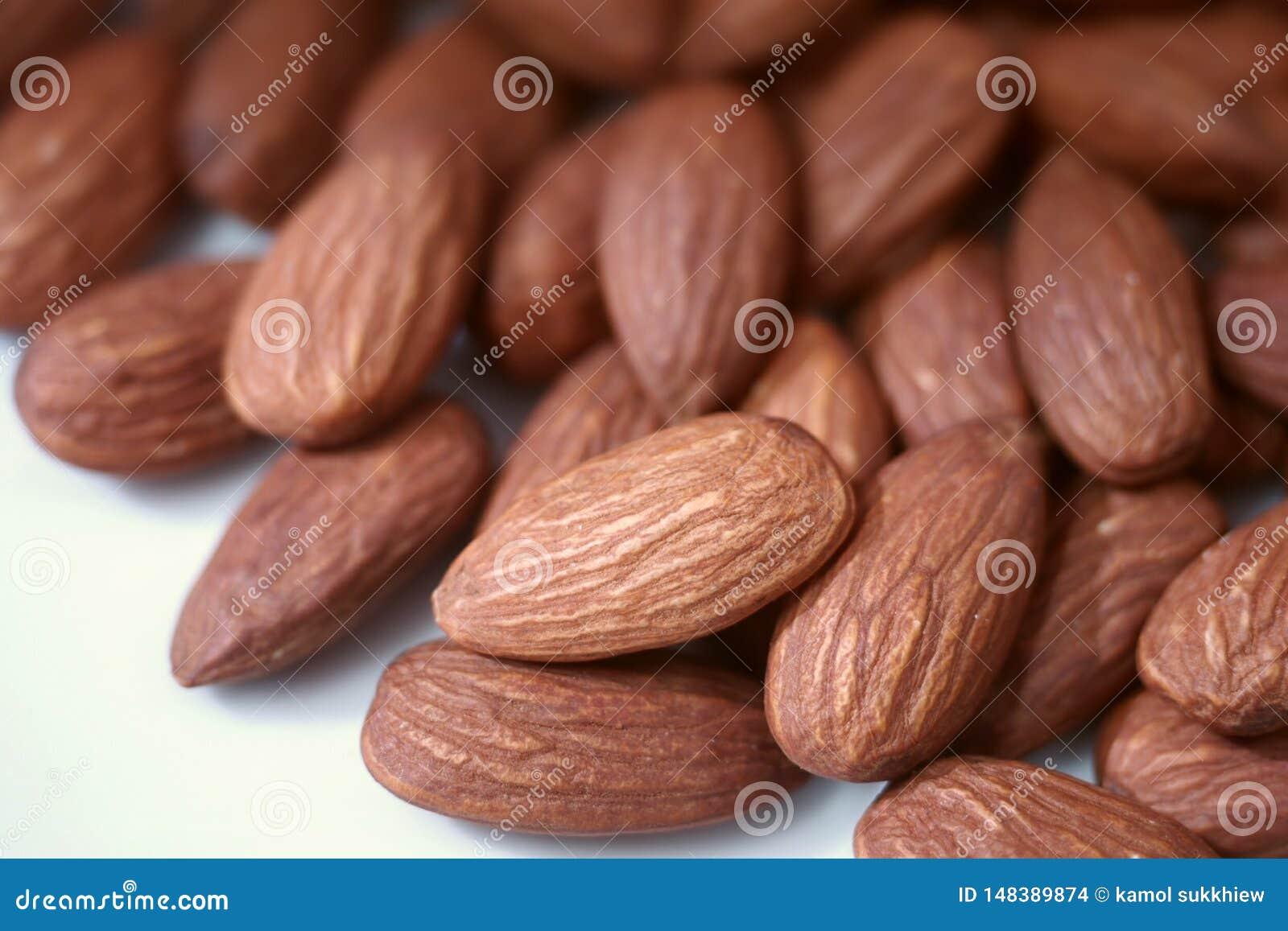 Stängt upp bruna grillade mandlar